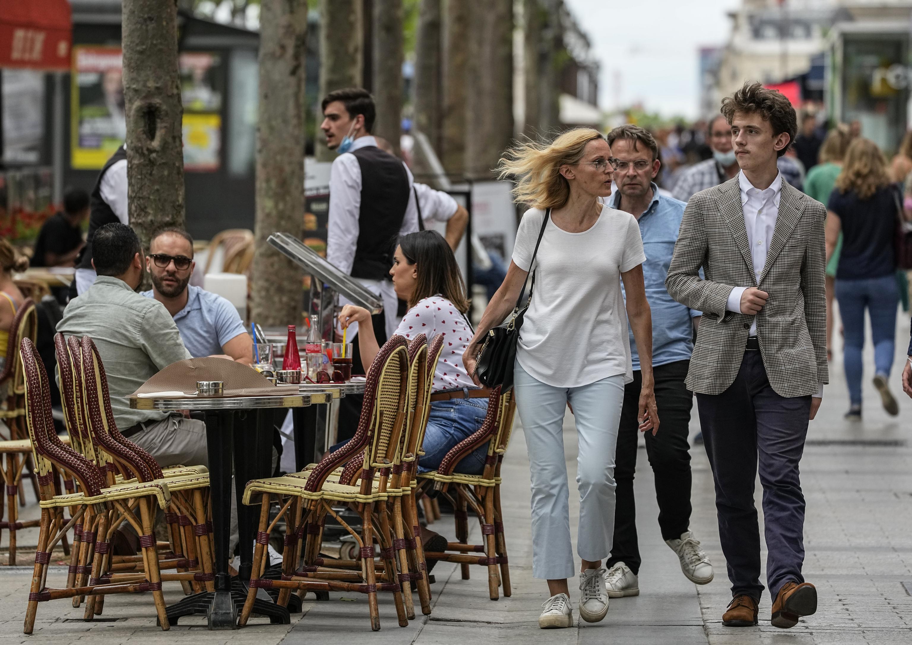 Gente paseando y en las terrazas en los Campos Elíseos de París, ya sin mascarillas.