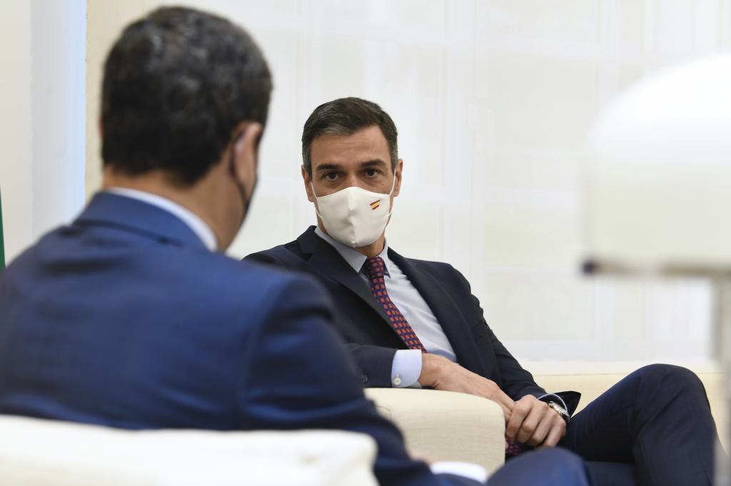 Pedro Sánchez, este jueves durante su reunión en Moncloa con el presidente andaluz, Juanma Moreno.