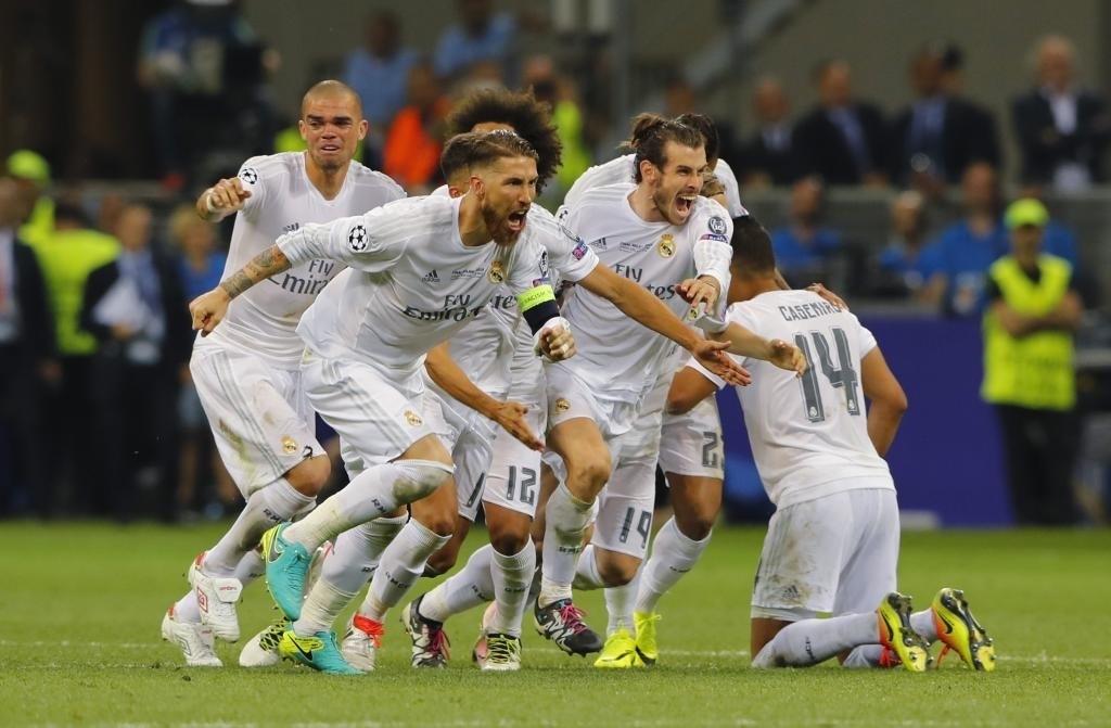 Celebración de Ramos y sus compañeros tras marcar Cristiano el penalti decisivo en Milán.