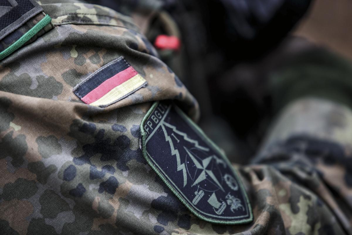 Soldado alemán con un traje militar.