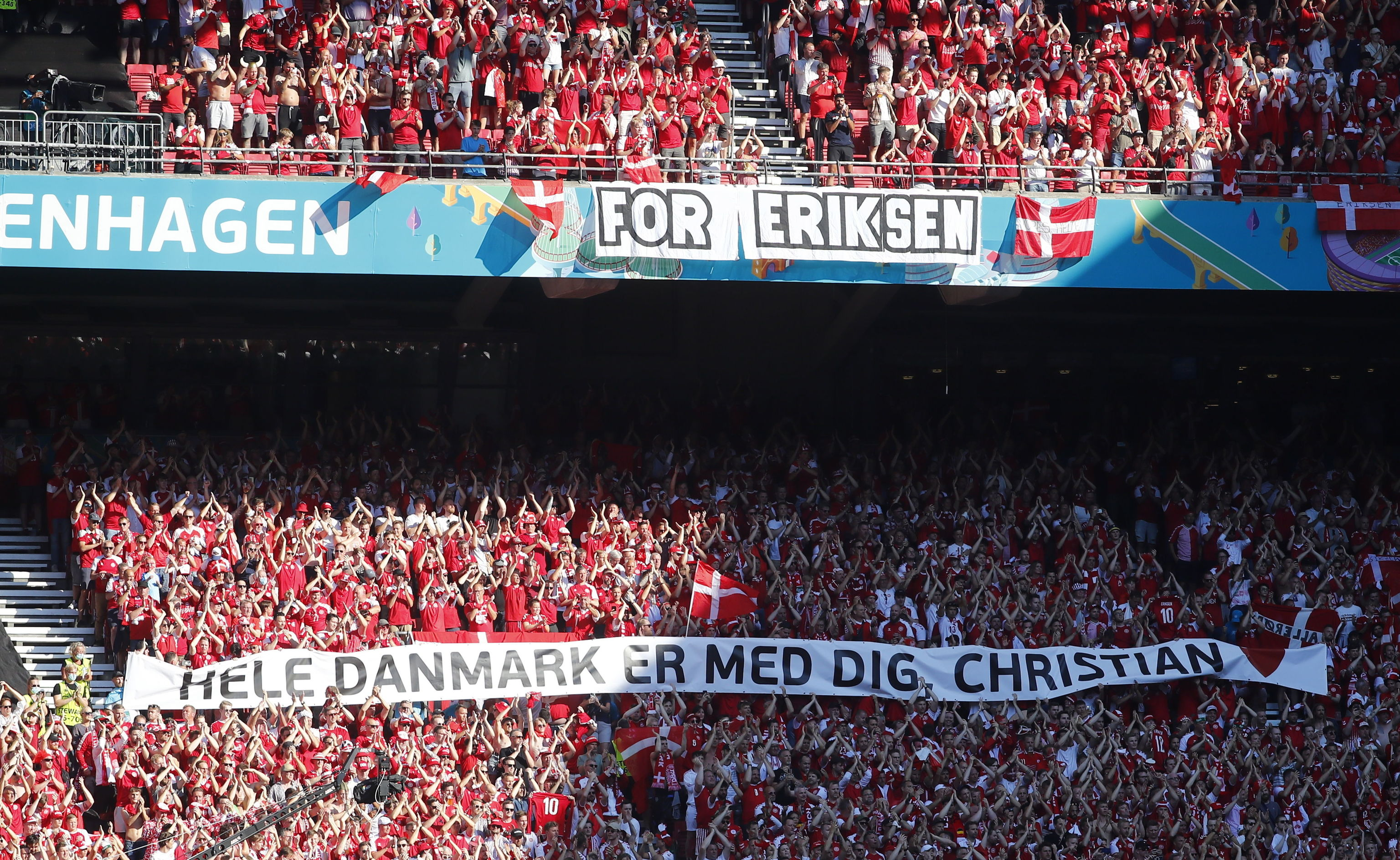 Pancarta en las gradas del Parken Stadion de ánimo a Eirksen.