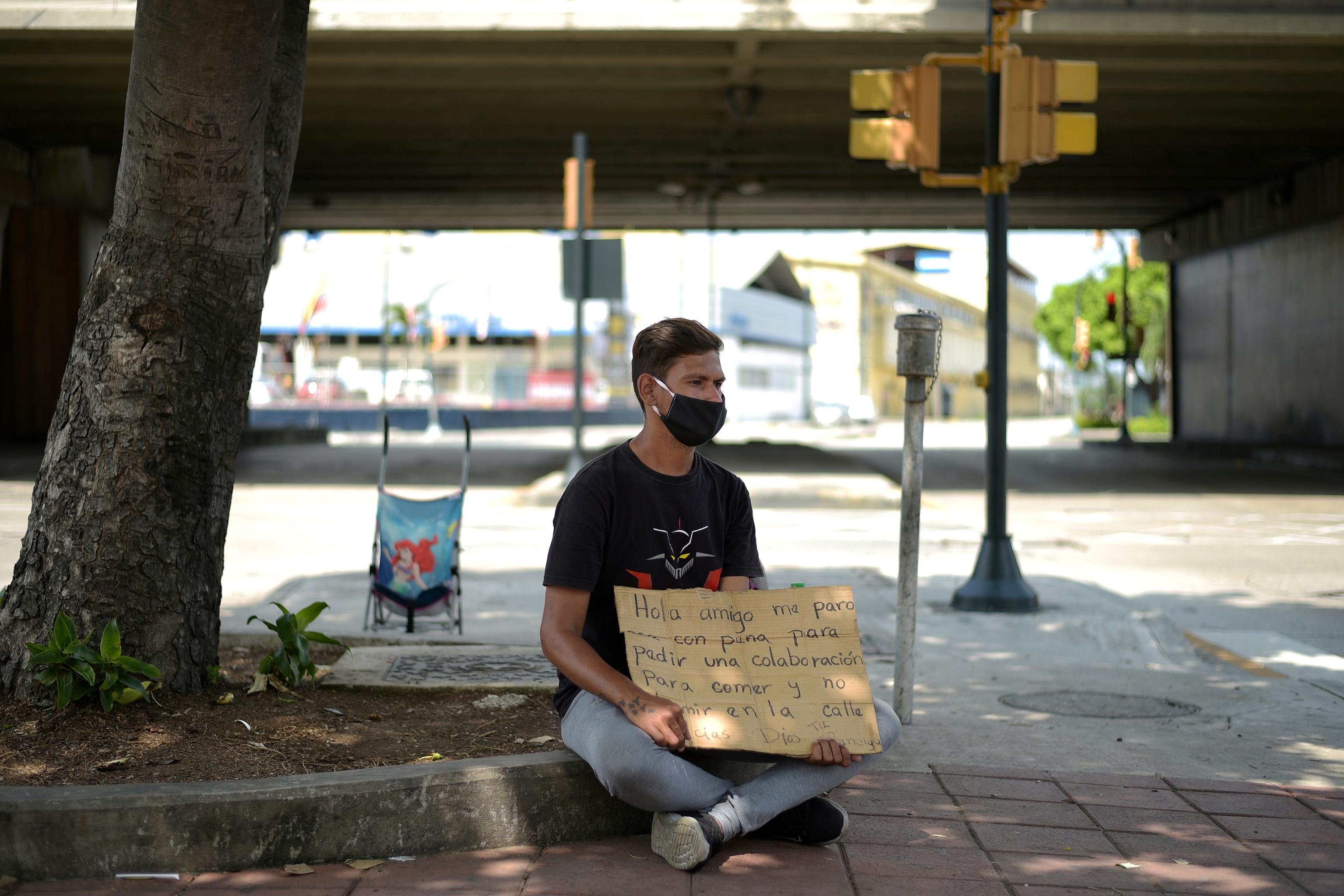 Un inmigrante venezolano pide dinero en las calles de Guayaquil.