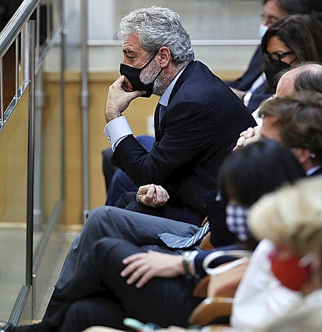 Miguel Ángel Rodríguez sigue la intervención de Ayuso desde la tribuna de la Asamblea.