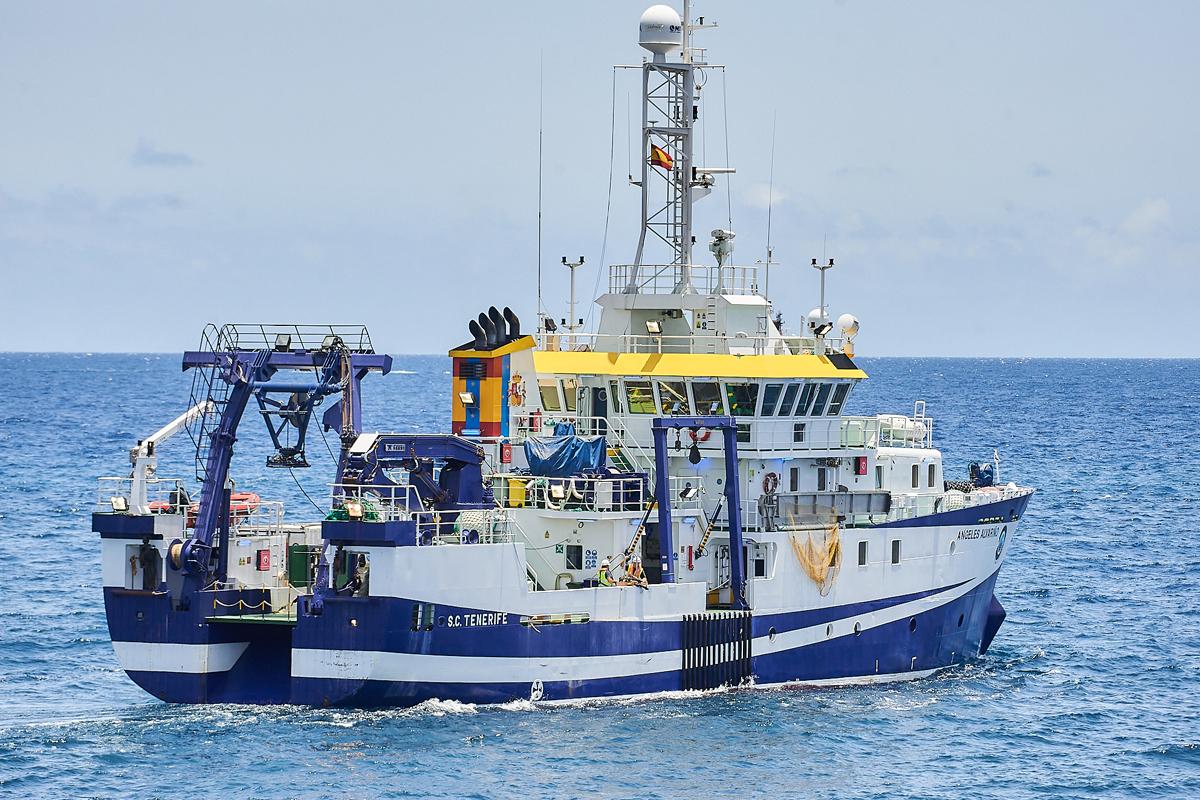 El buque oceanográfico 'Ángeles Alvariño' parte del puerto de Santa Cruz de Tenerife.