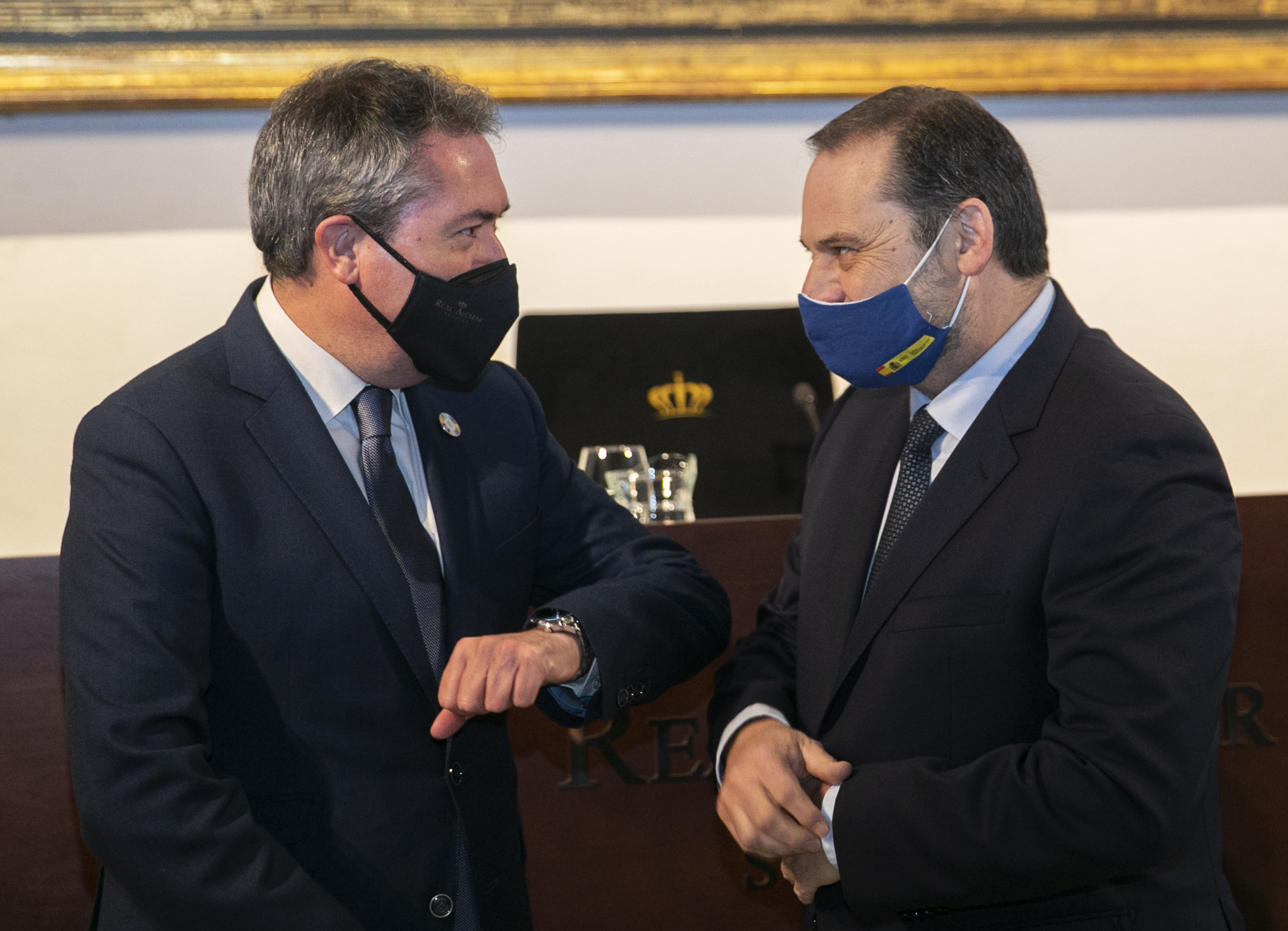 El alcalde de Sevilla y candidato a la Junta del PSOE, Juan Espadas, con el secretario de Organización, José Luis Ábalos.