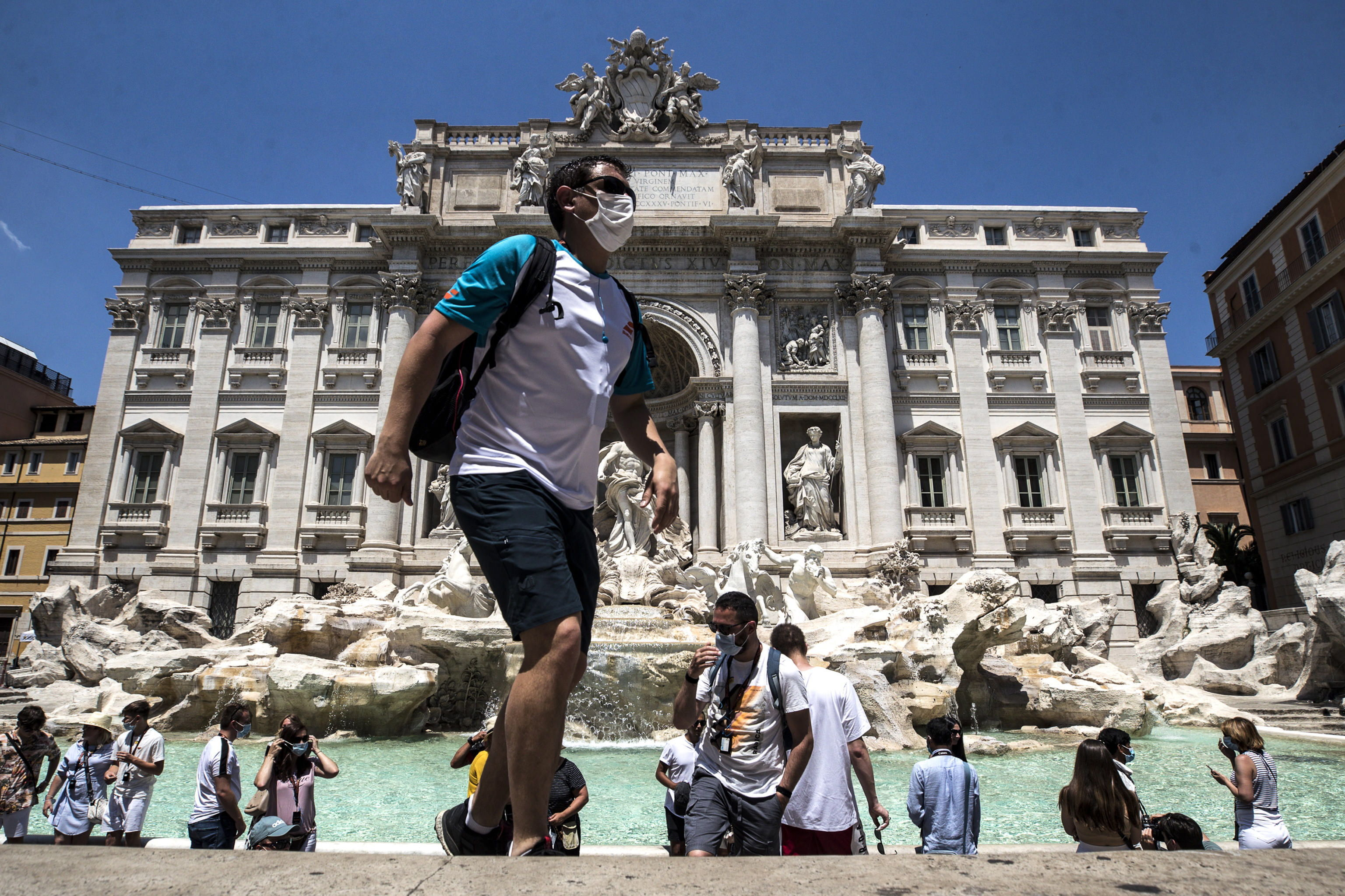 Gente en la Fontana de Trevi en Roma.