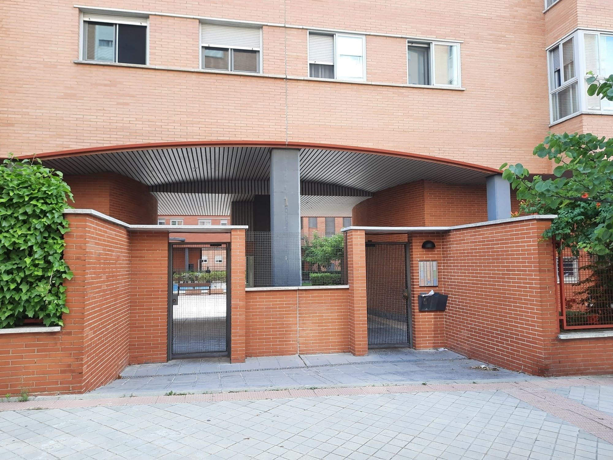 Fachada del edificio donde vivía la pareja, en Moratalaz.