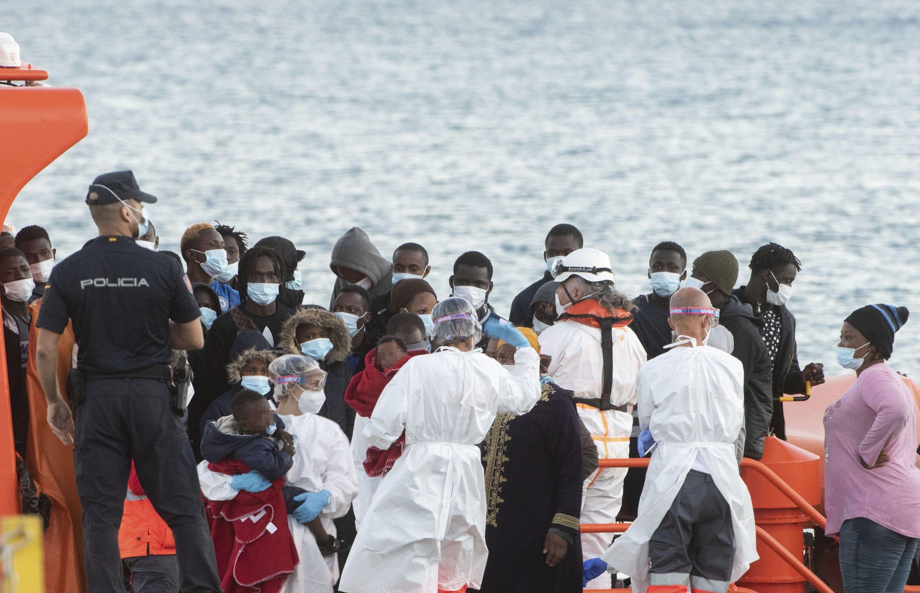 Varios inmigrantes son trasladados al puerto de Fuerteventura, este miércoles.
