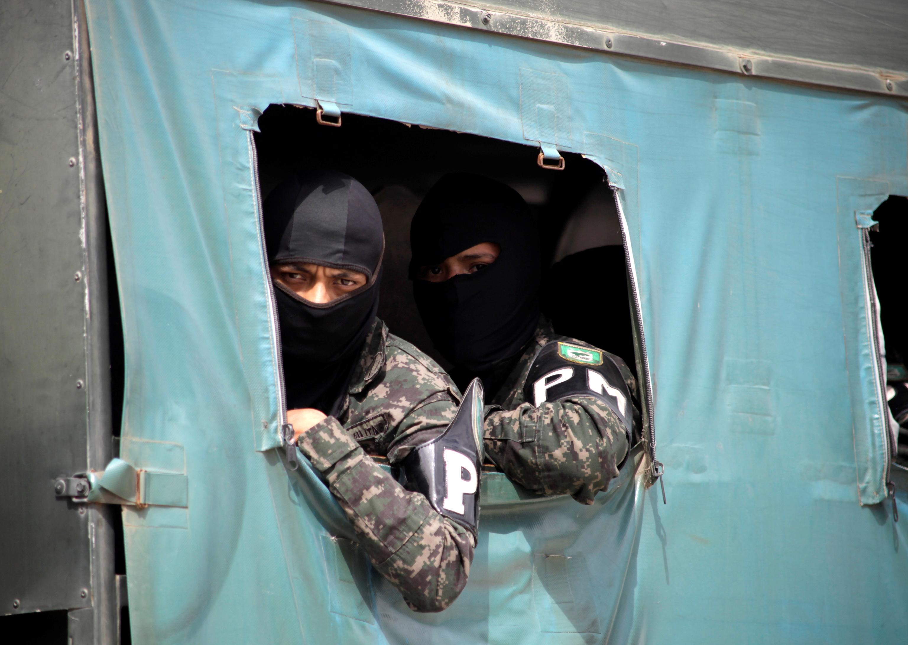 La policía militar llega a la cárcel de La Tolva para poner fin a la reyerta.