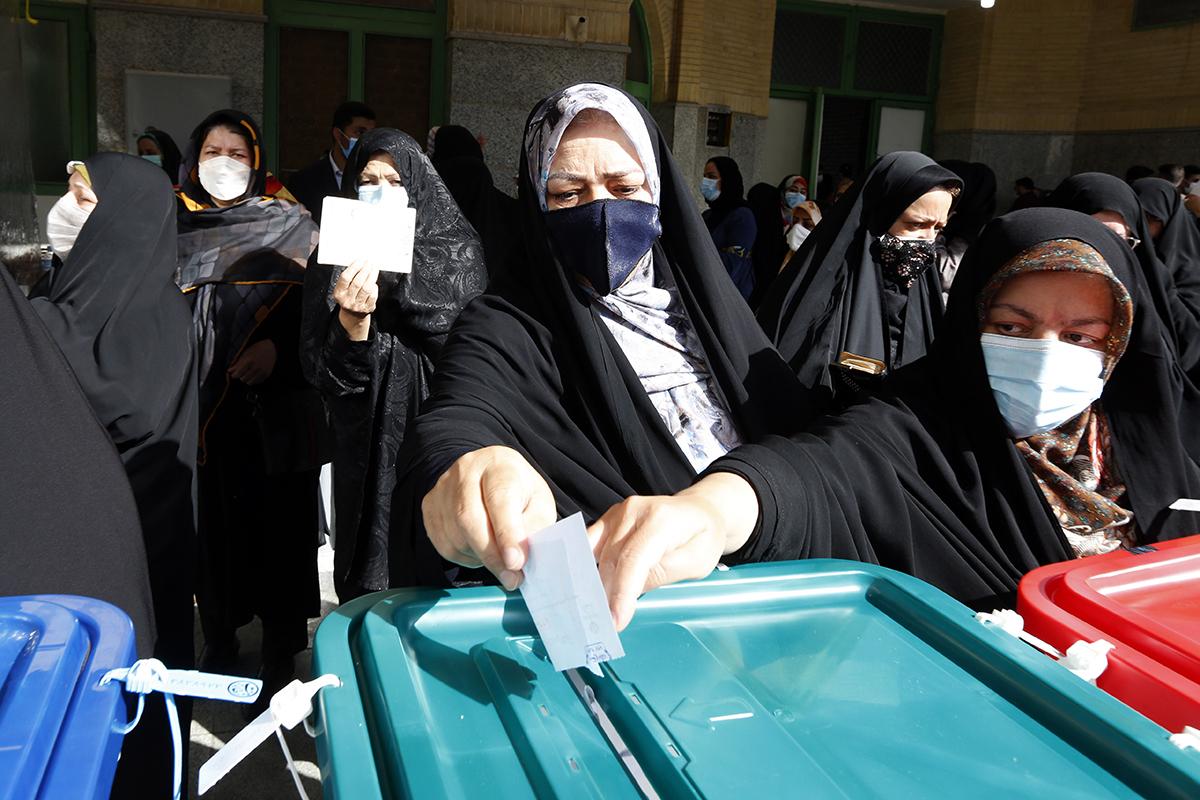 Mujeres iraníes votan hoy en Teherán.