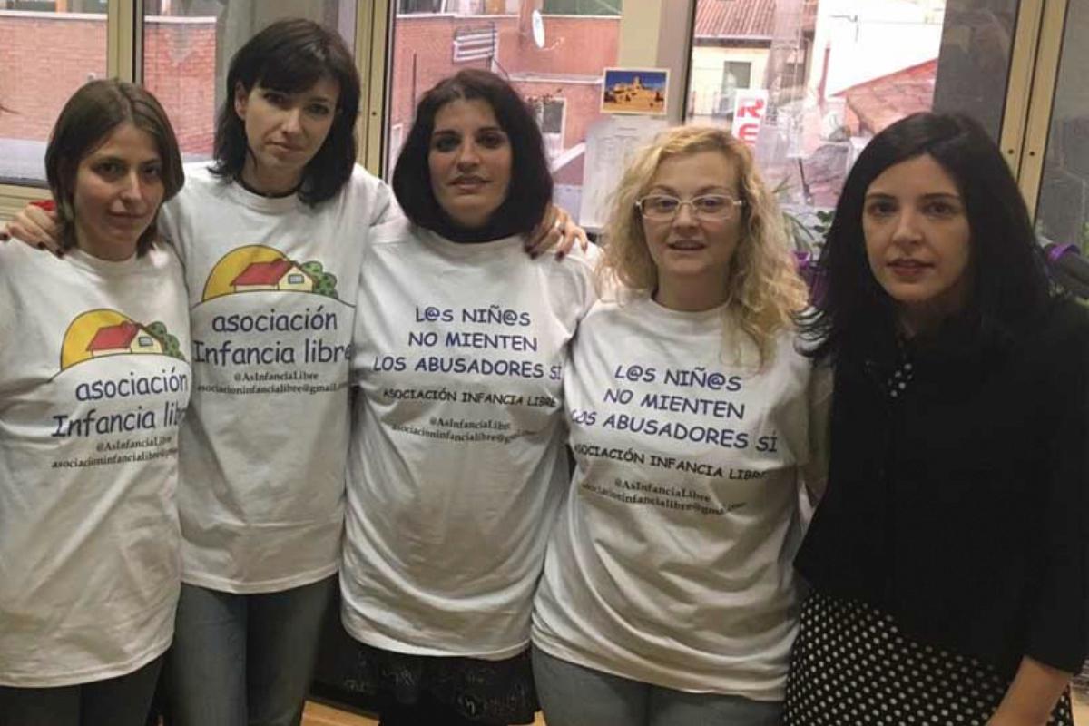 De dcha. a izda. Maria (2ª) y Patricia (4ª), dos de las condenadas de la asociación Infancia Libre.