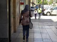 Mujer musulmana en una calle de Cartagena, en Murcia.