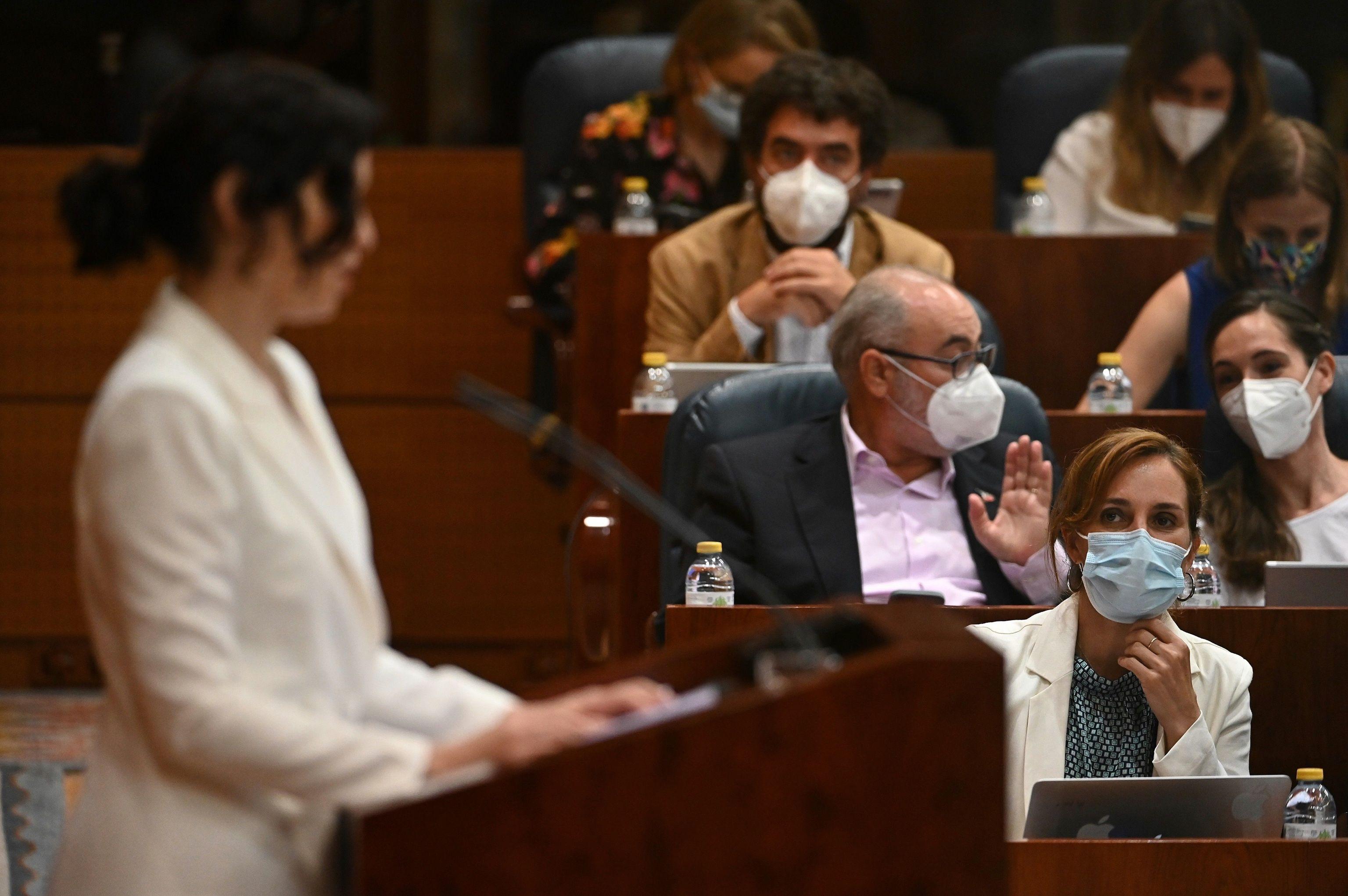 La diputada de Más Madrid Mónica García escuchando a Ayuso.