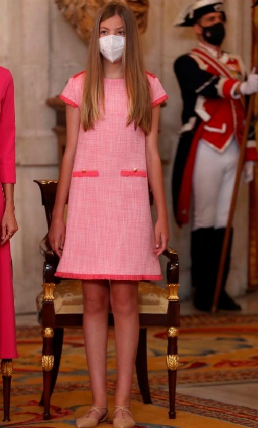 La infanta Sofía con un modelo estilo Chanel y zapatos nude de Carolina Herrera.