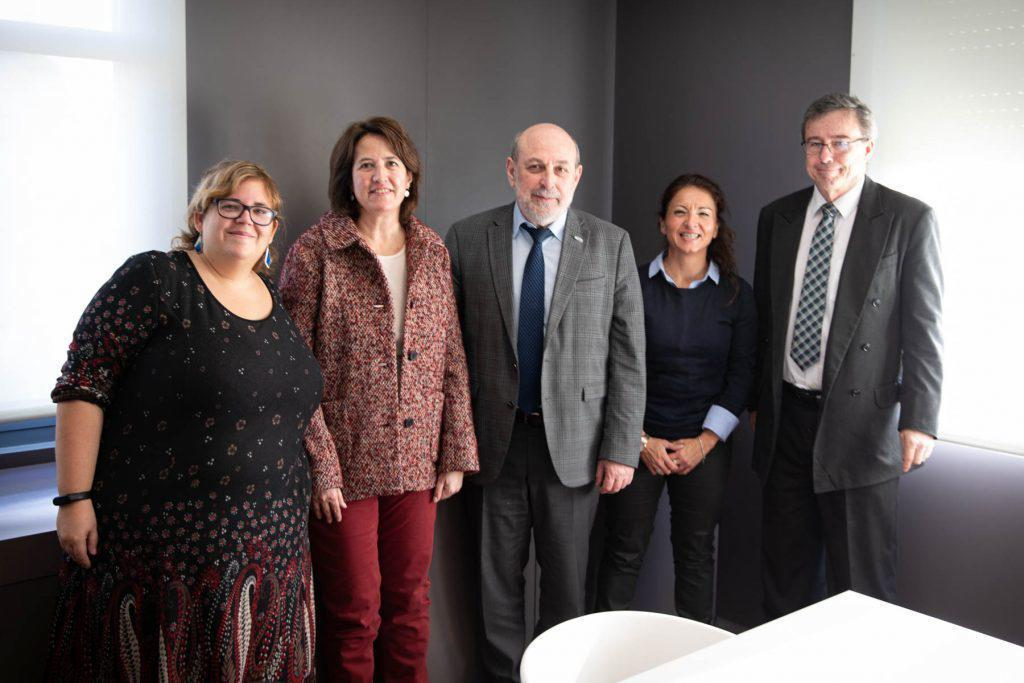 El diputado letón Boris Cilevics, con miembros de la ANC en Barcelona.