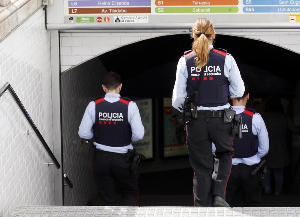 Mossos acudiendo al transporte público