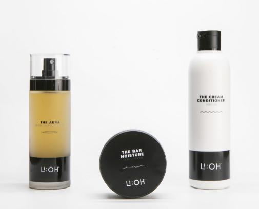 The Aura (a la izquierda) es un spray ligero para uso diario que de manera natural perfuma, el Bar Shampoo detox, es un champú sólido que limpia y refresca en profundidad, desintoxica y vigoriza el cuero cabelludo y el champú NourisheEs un gel crema para lavar el cabello con extrema suavidad.