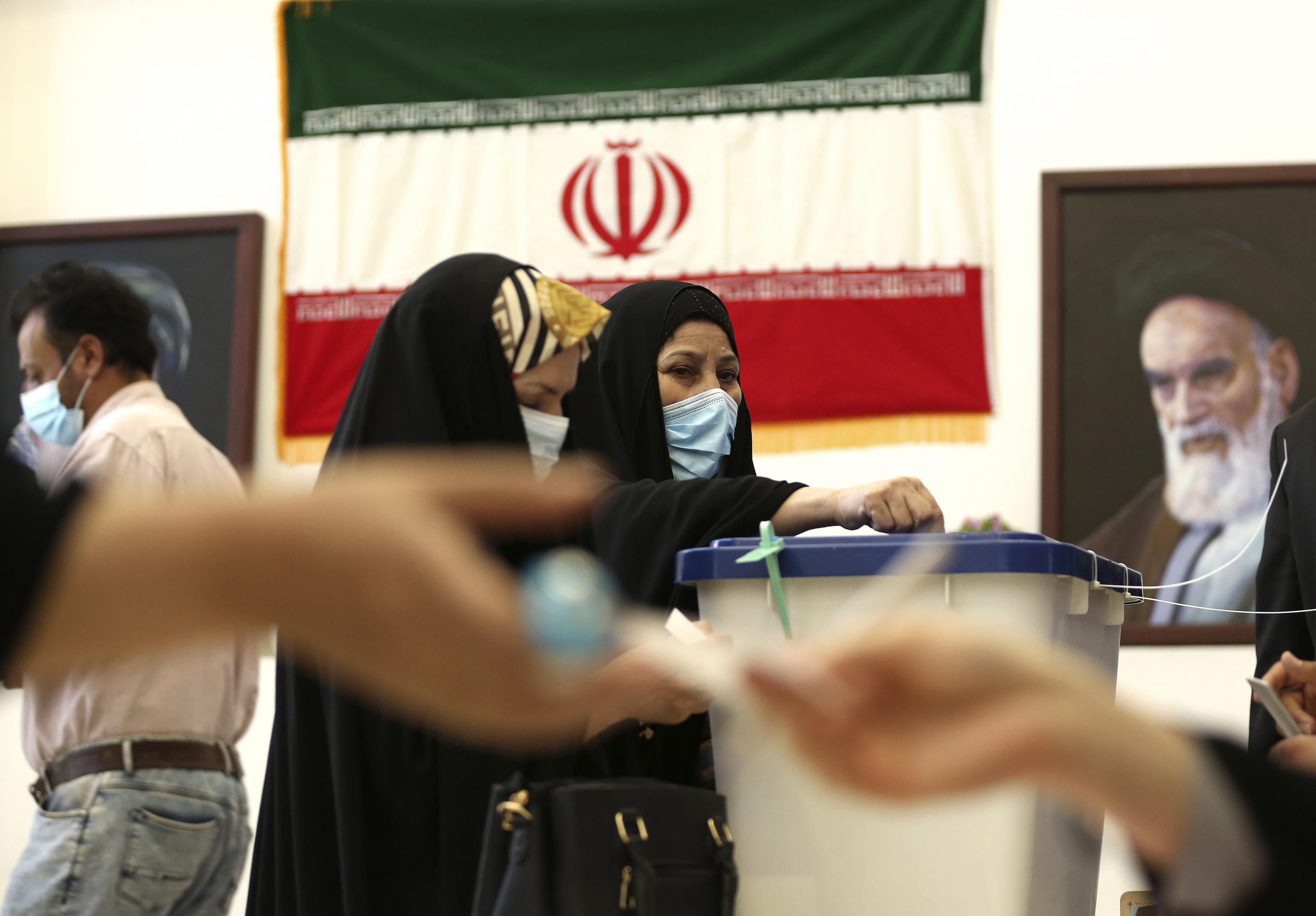 Una mujer iraní emite su voto dentro del consulado de Irán en Karbala, Irak.