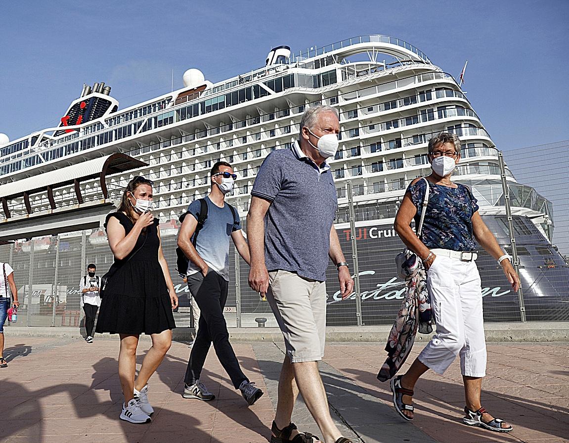 Turistas llegan al puerto de Málaga el pasado martes a bordo de un crucero de TUI