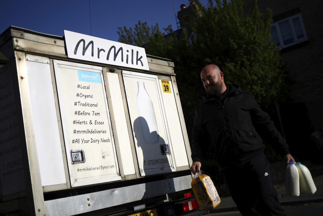 Darren Clark hace una entrega a domicilio en medio de un auge en para su empresa 'Mr Milk', causado por la pandemia