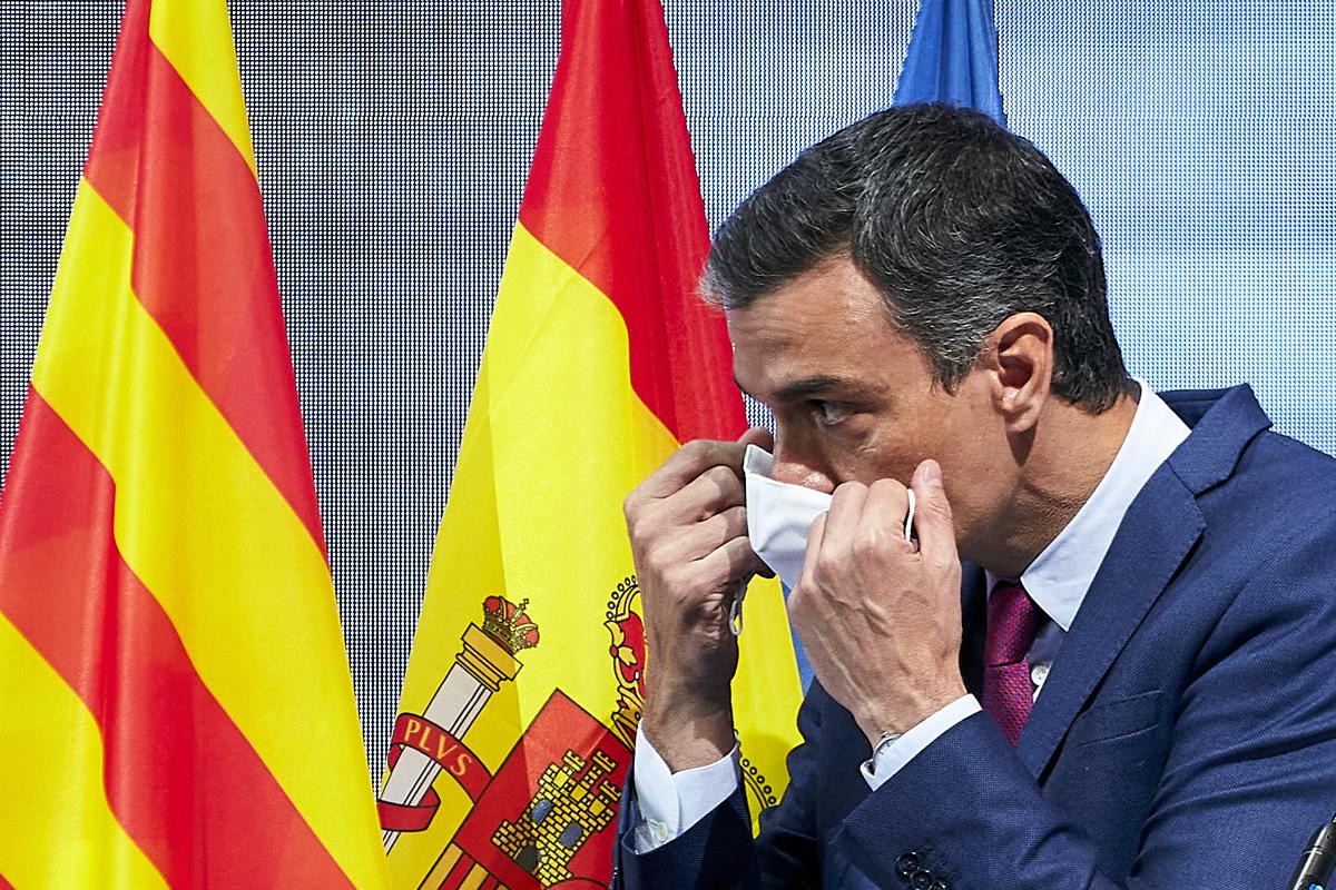 Pedro Sánchez se coloca su mascarilla tras intervenir en el Círculo de Economía, en Barcelona.