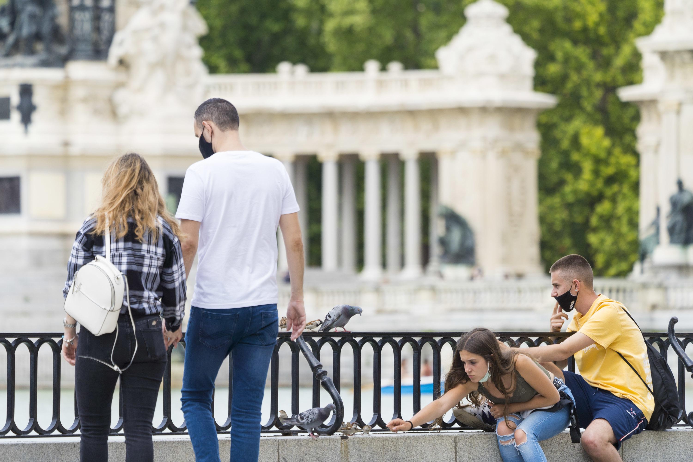 Personas con mascarillas en el parque del Retiro de Madrid.