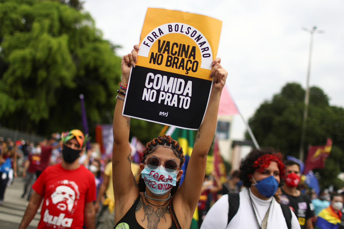 Manifestantes contra Bolsonaro reclaman vacunas y comida.