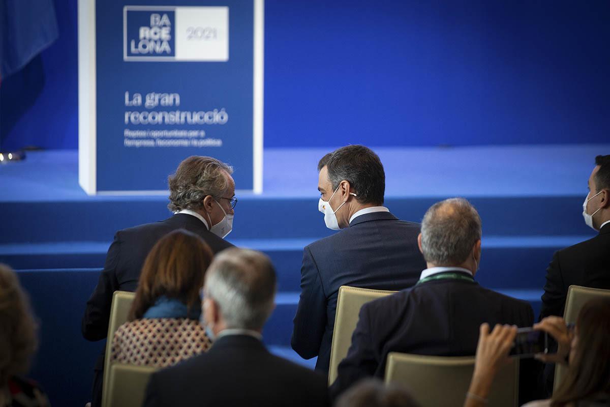Sánchez, con el presidente del Círculo de Economía, Javier Faus, en Barcelona.