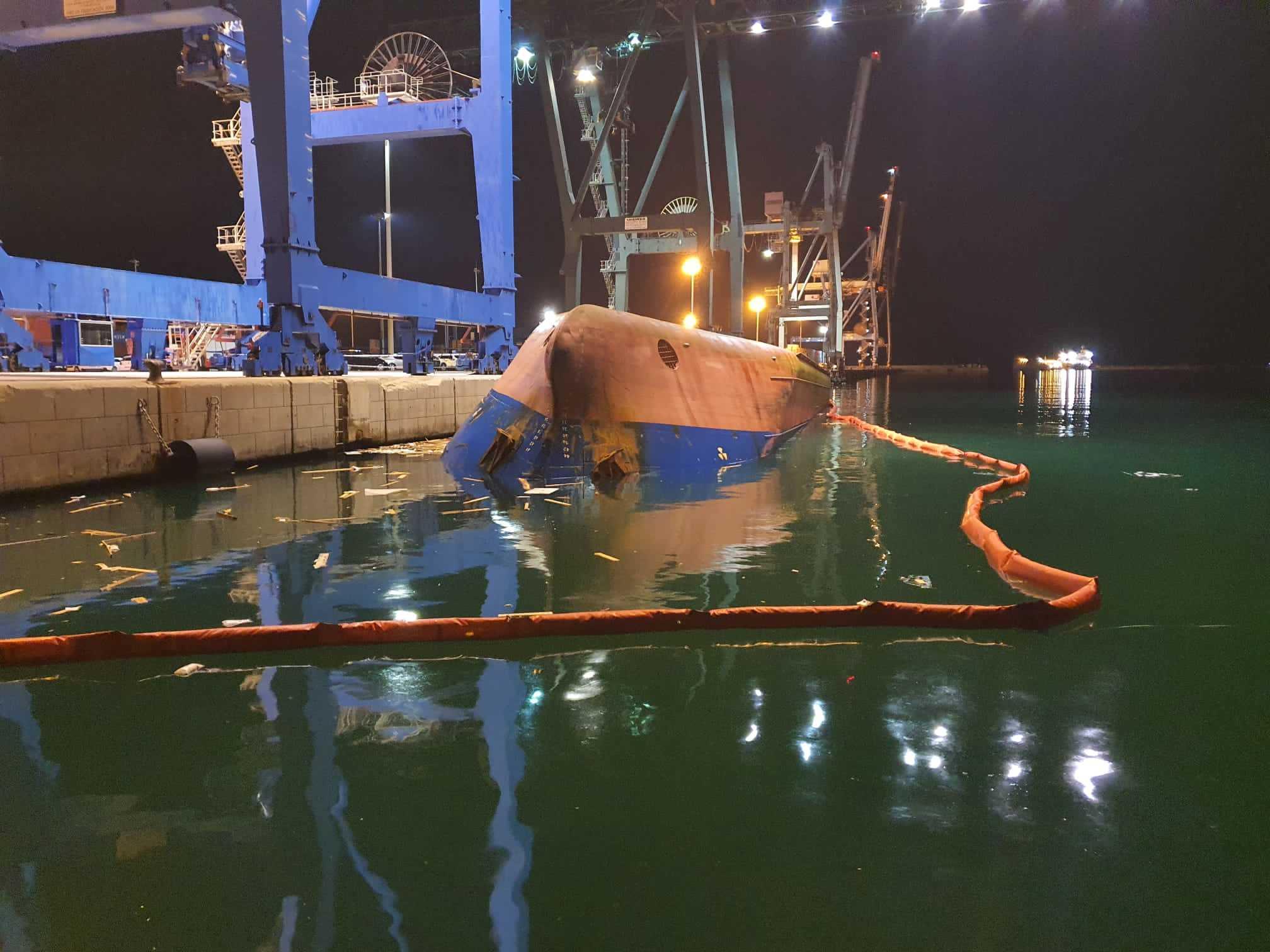 El buque Yazmine Ana, volcado, en el puerto de Castellón.
