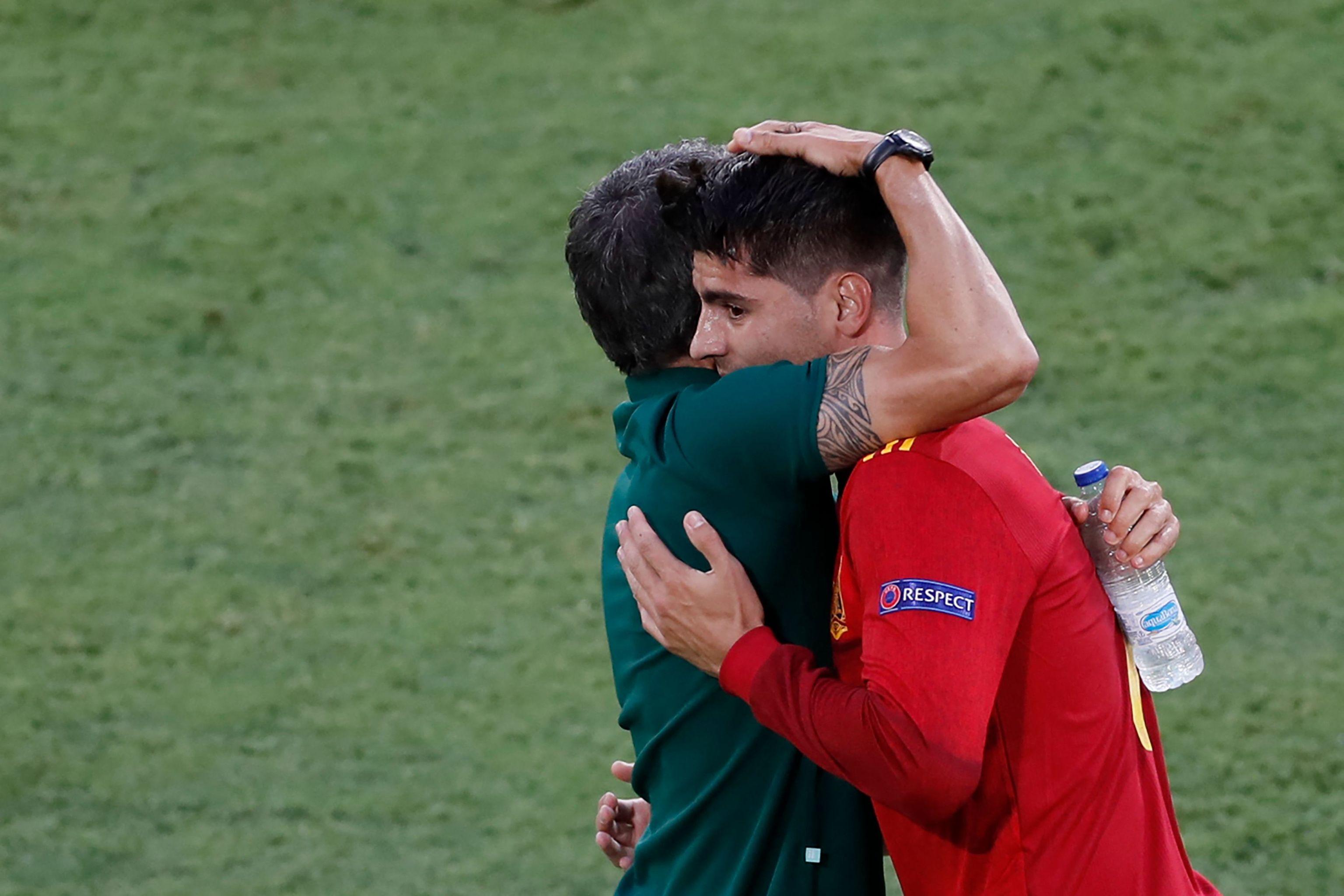 Morata abraza a Luis Enrique.