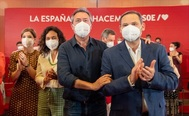 El secretario de Organización del PSOE, José Luis Ábalos, junto al candidato del PSOE-A a la Junta y alcalde de Sevilla, Juan Espadas, este domingo en la capital andaluza.