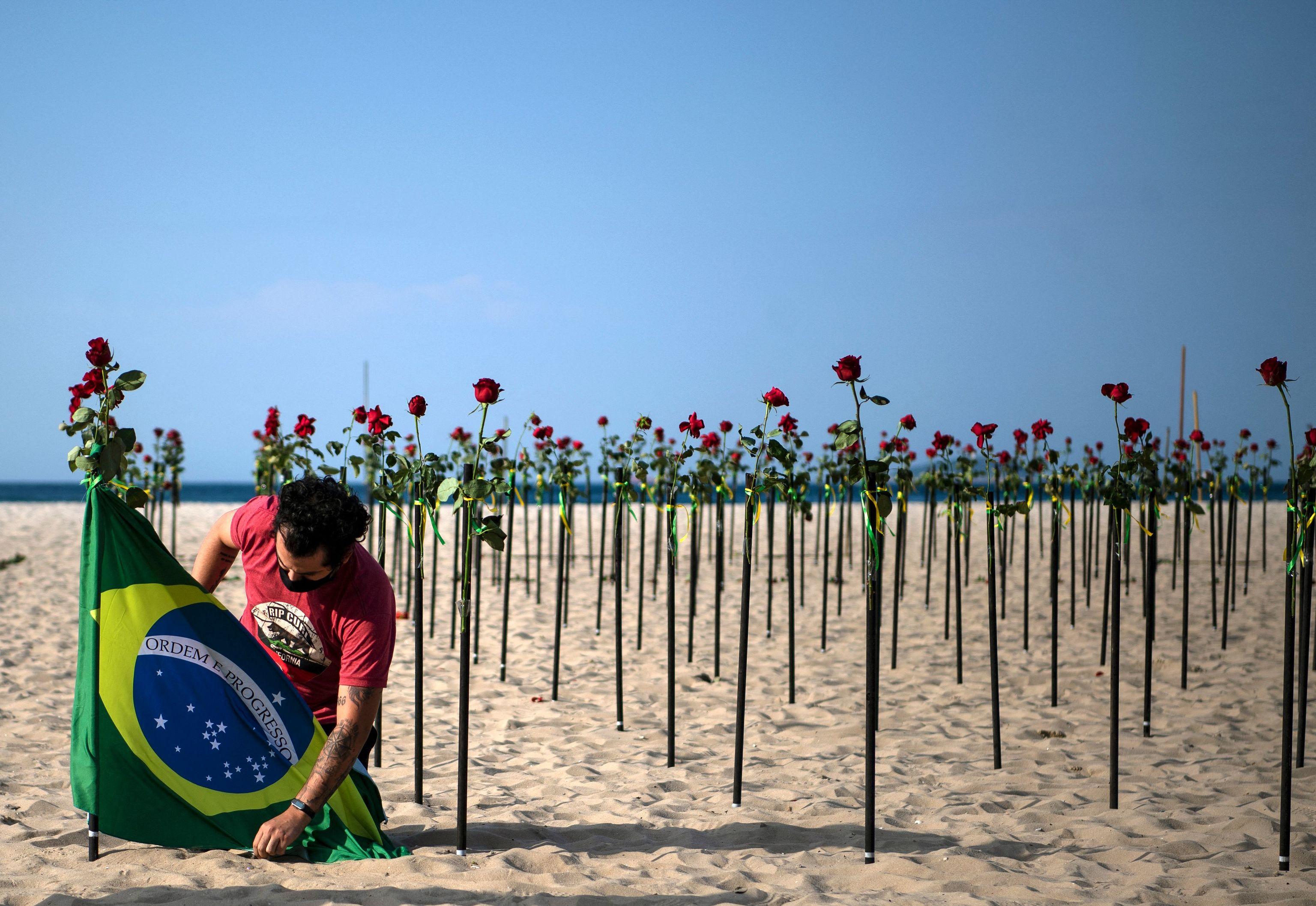 Protesta de la ONG Río por la paz con miles de rosas representando a los muertos por la pandemia.