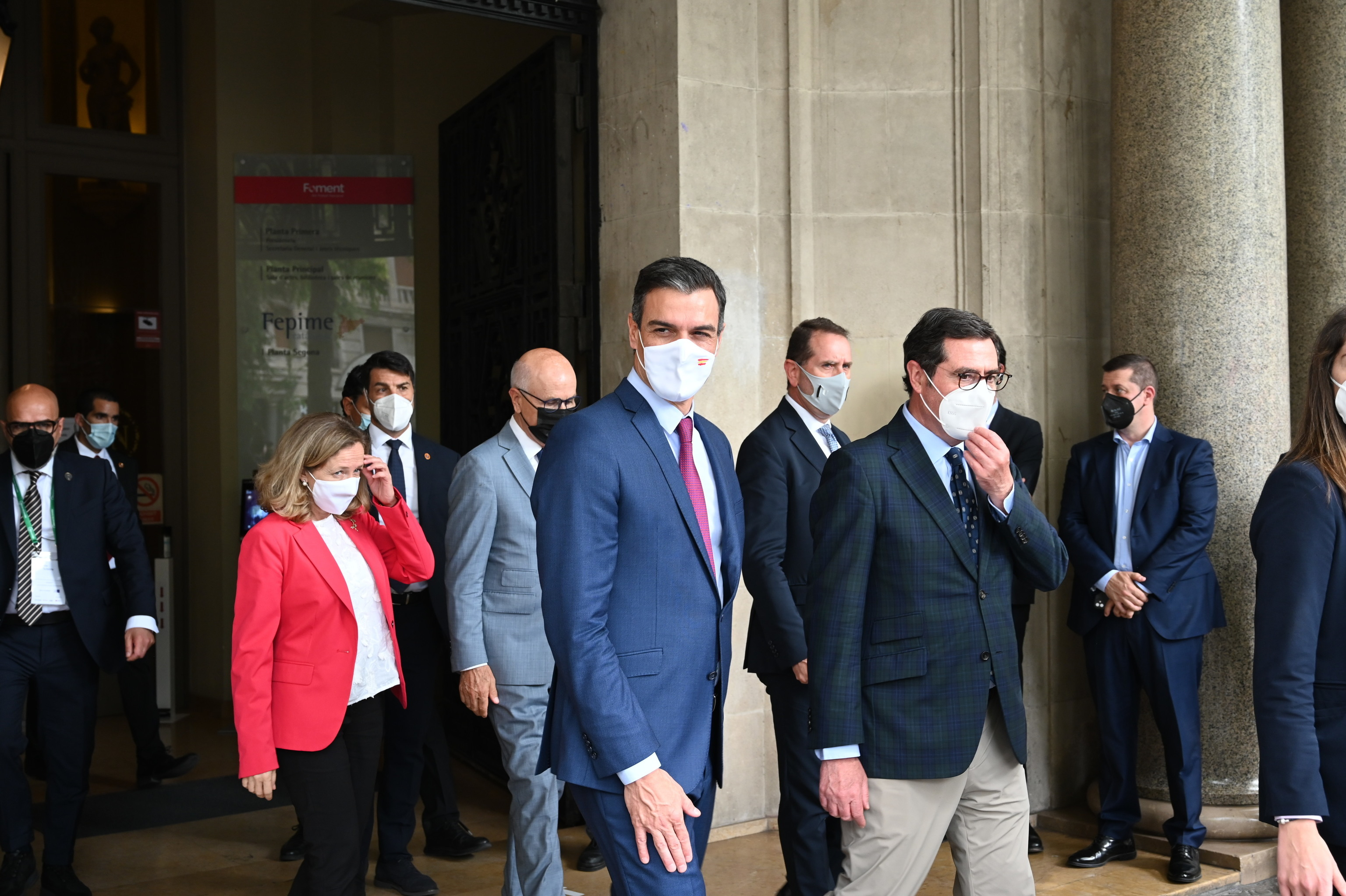 De izquierda a derecha, Nadia Calviño, Pedro Sánchez y Antonio Garamendi el pasado viernes en la sede de la patronal catalana Foment.