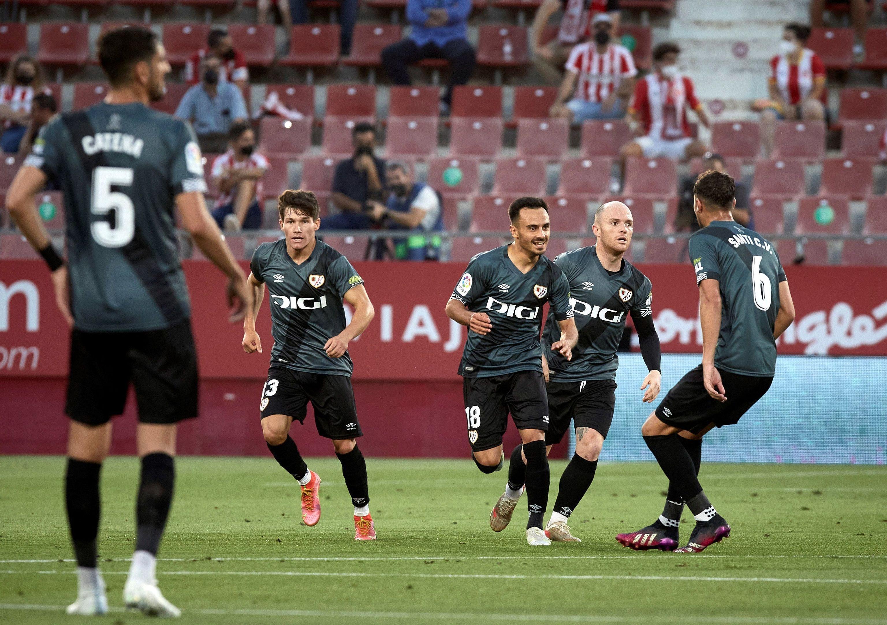 Los jugadores del Rayo celebran uno de los goles ante el Girona.