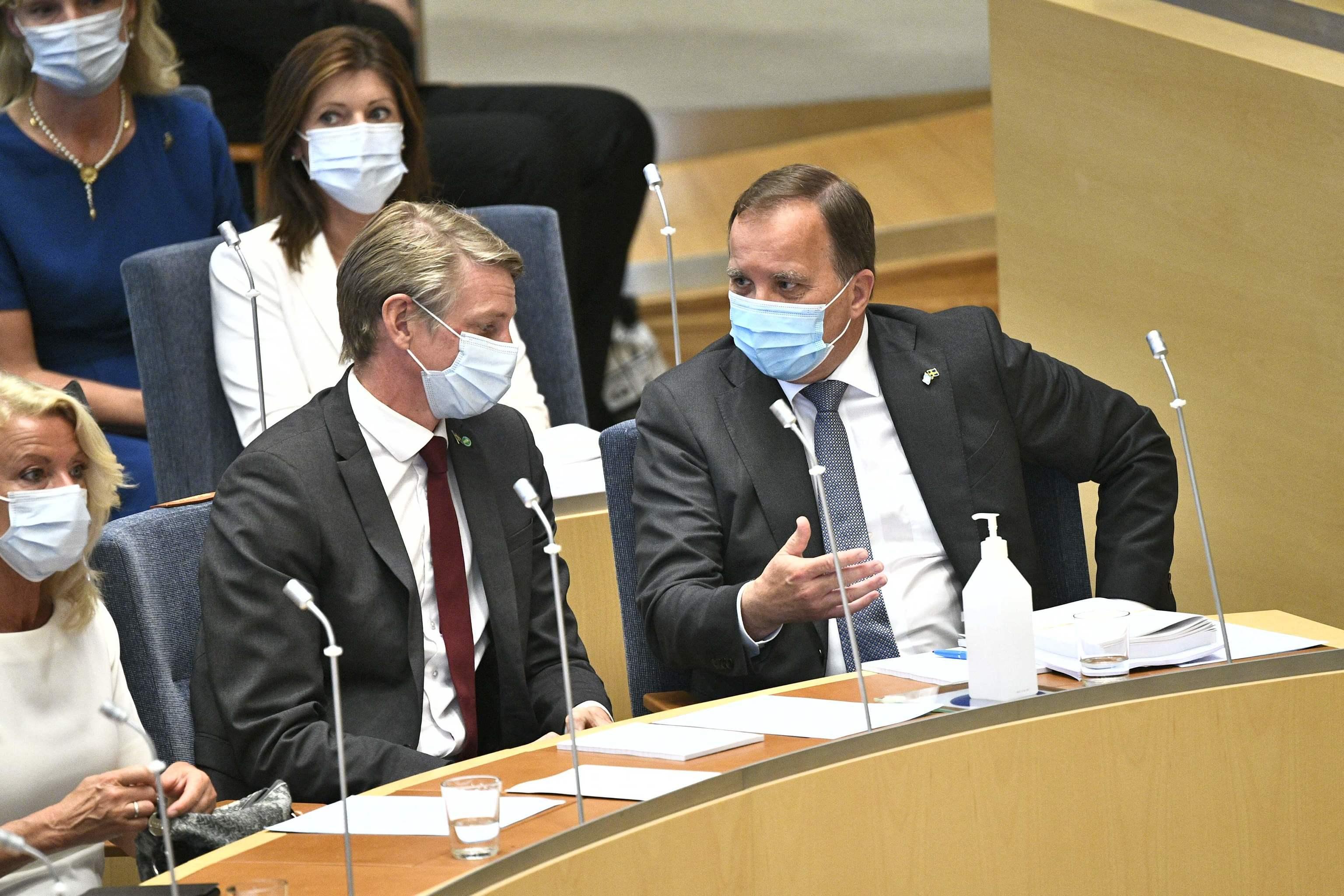 El primer ministro sueco, Stefan Löfven, a la derecha, en el Parlamento.