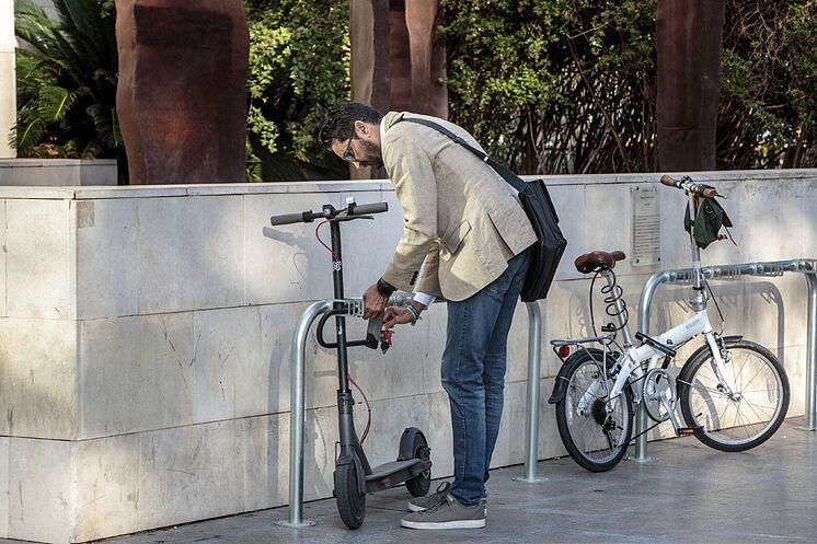 Un usuario de un patinete, patinetes eléctricos, bicicletas eléctricas, pedaleo asistido, ciclomotor, DGT