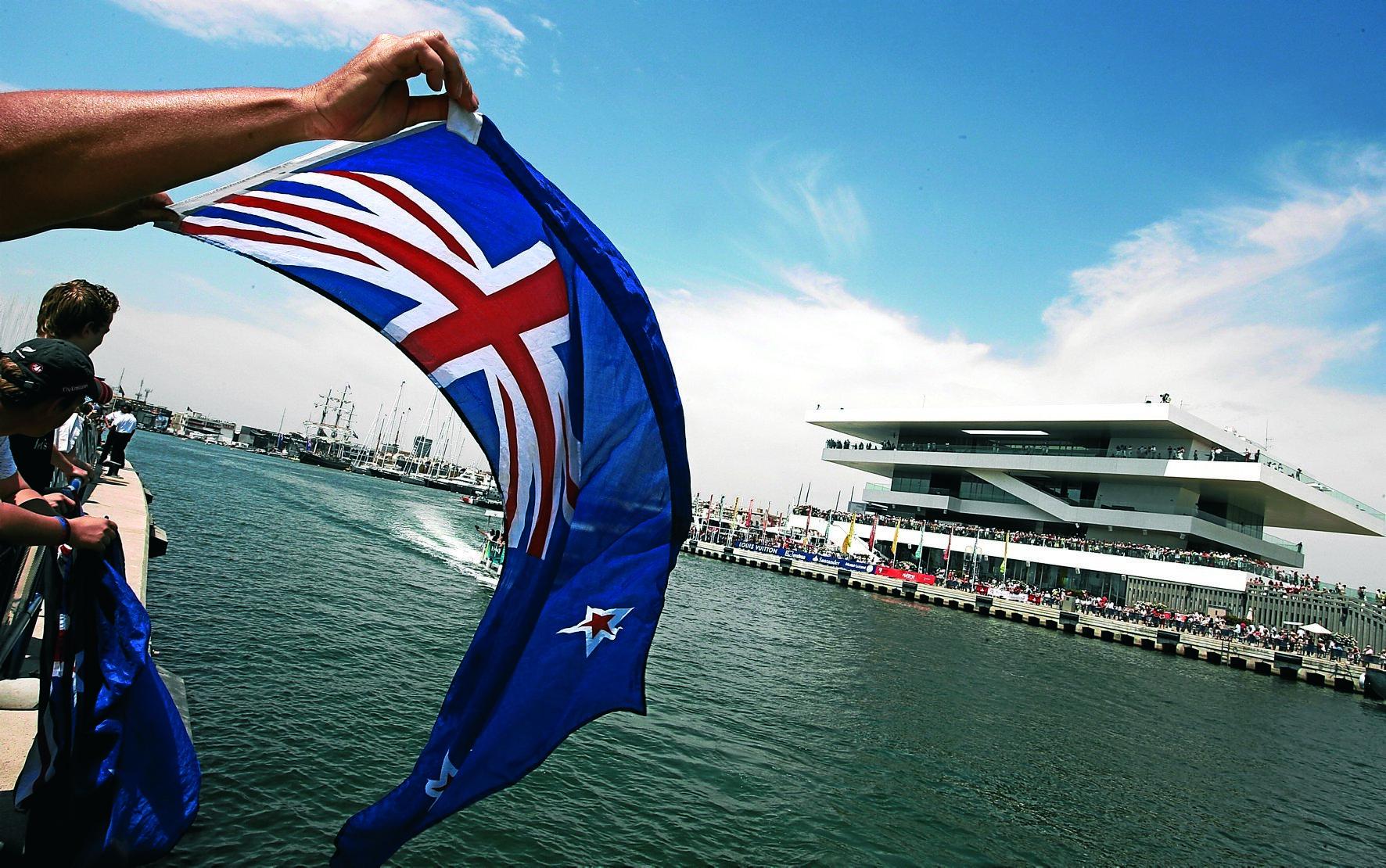 Un aficionado neozelandés muestra su bandera en la edición de 2007.