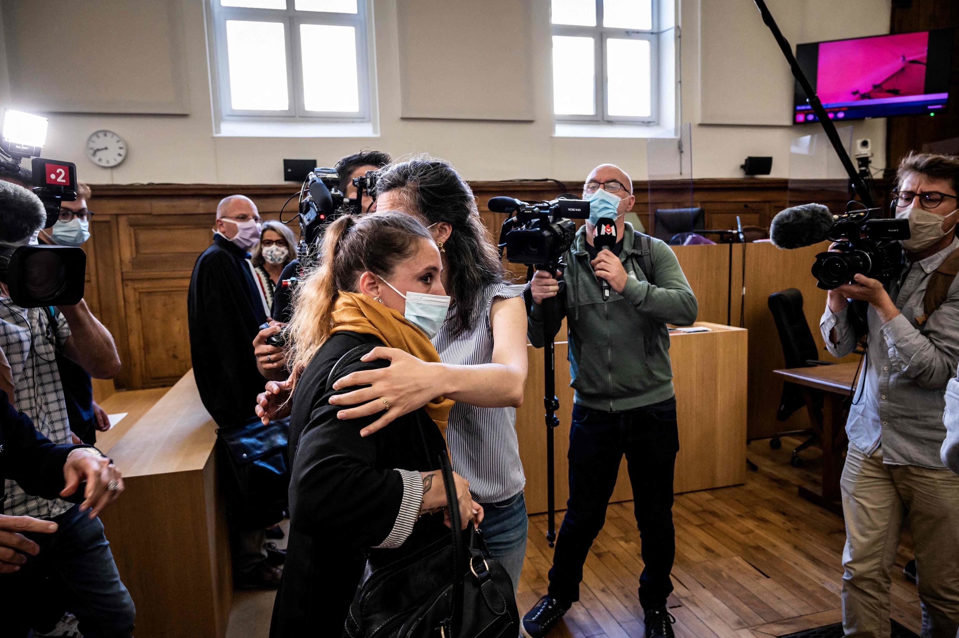 Valérie Bacot (con una bufanda amarilla), llega al juzgado de Chalon-sur-Saone.