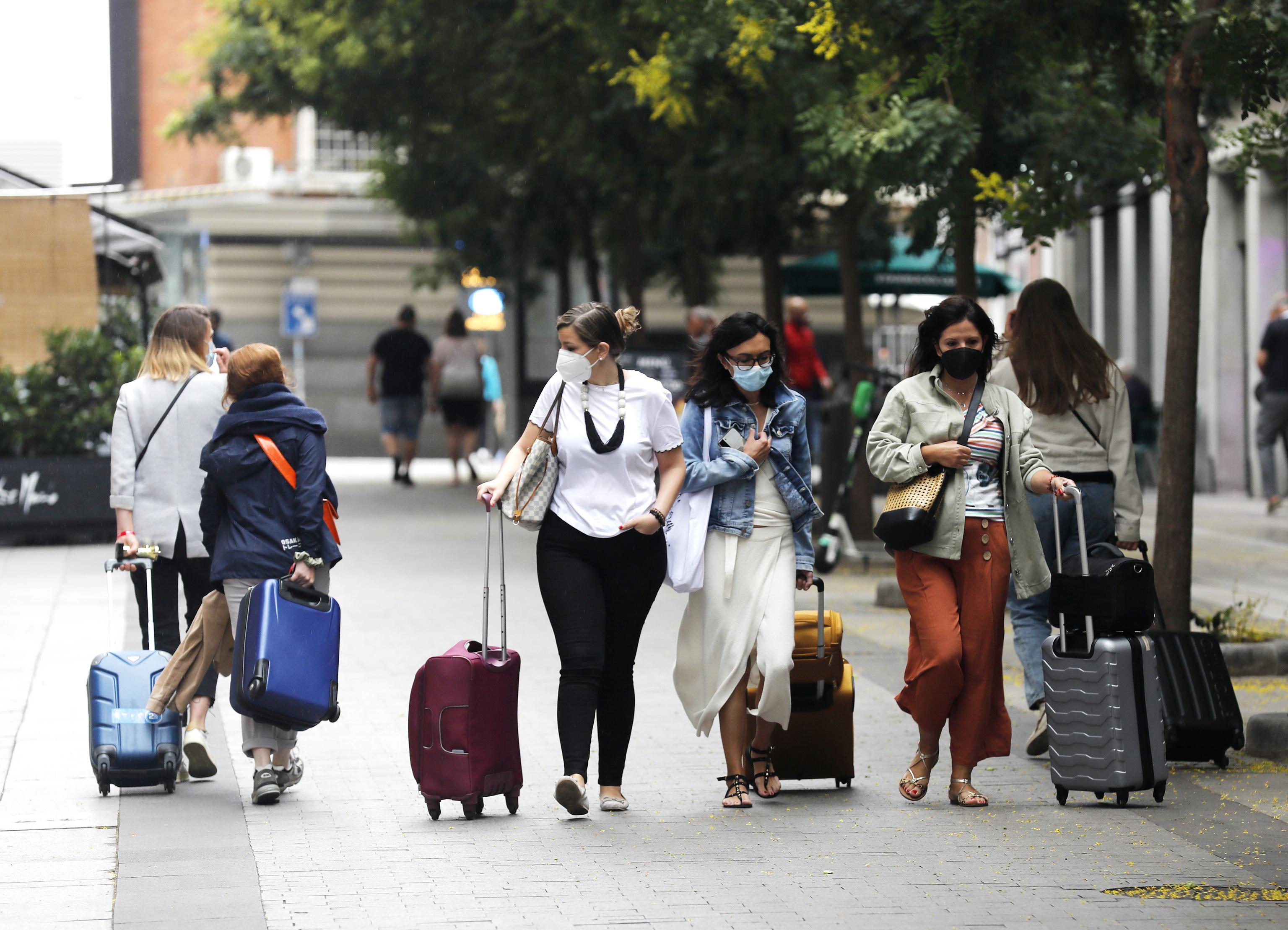 Un grupo de personas con mascarilla en la zona centro de Madrid.