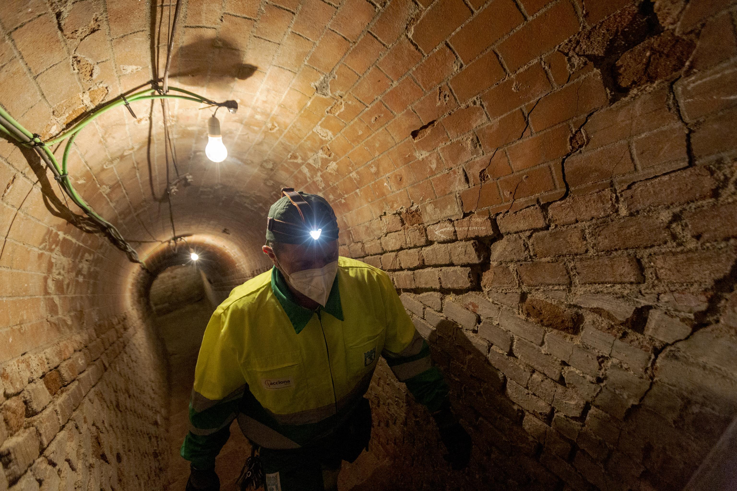 Tomás Prieto, operario en el refugio del Retiro, asciende hacia la salida del túnel.