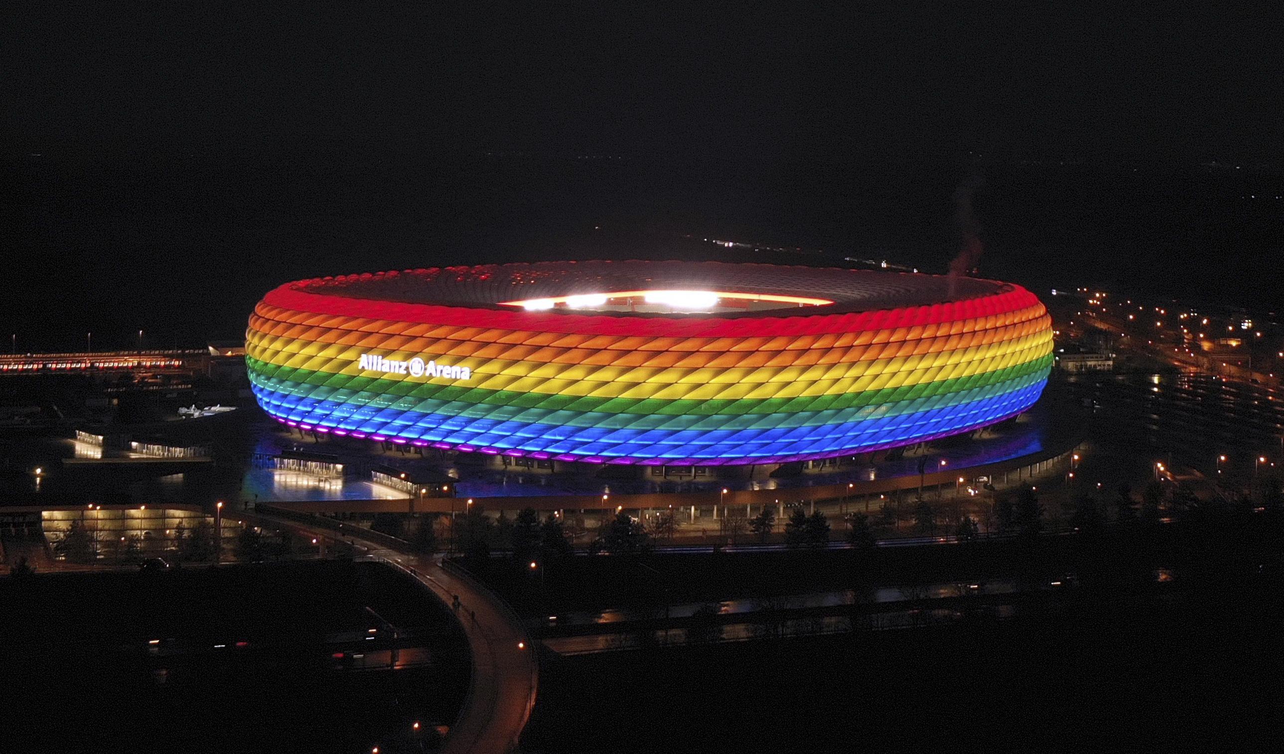 El Allianz, iluminado con los colores LGTBI