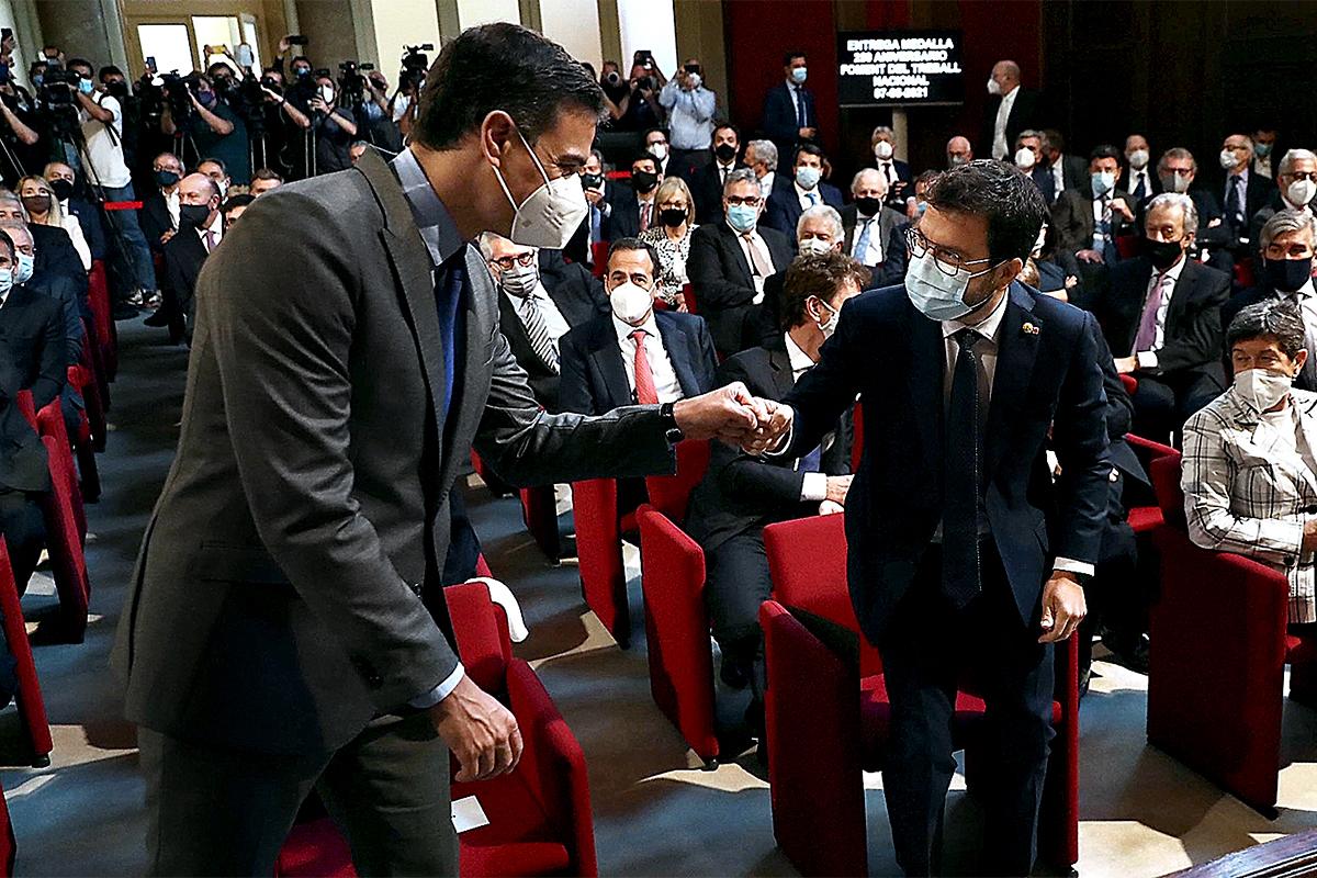 Pedro Sánchez y Pere Aragonès se saludan en Barcelona el pasado 7 de junio.