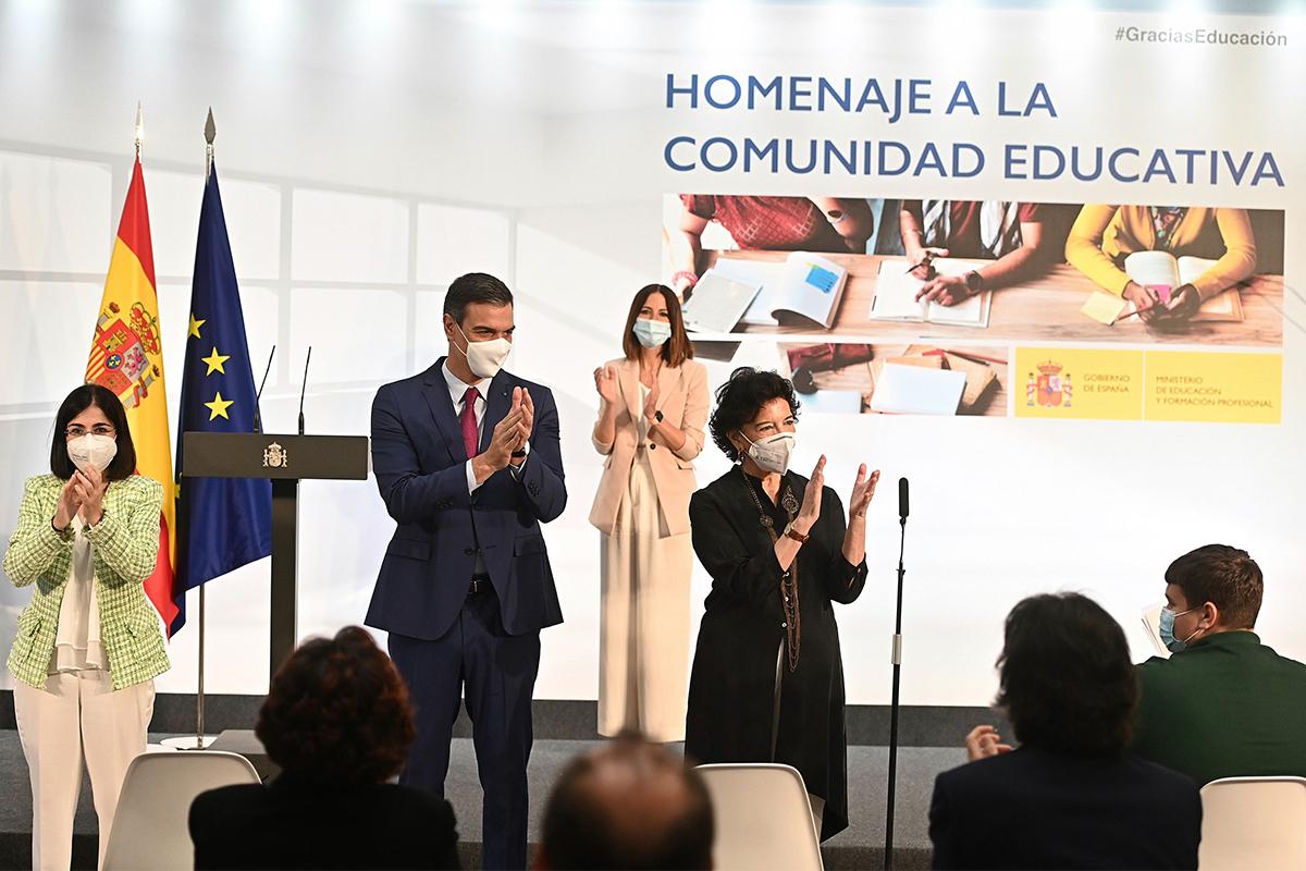 Sánchez, entre Darias y Celaá, en el homenaje a la comunidad educativa.
