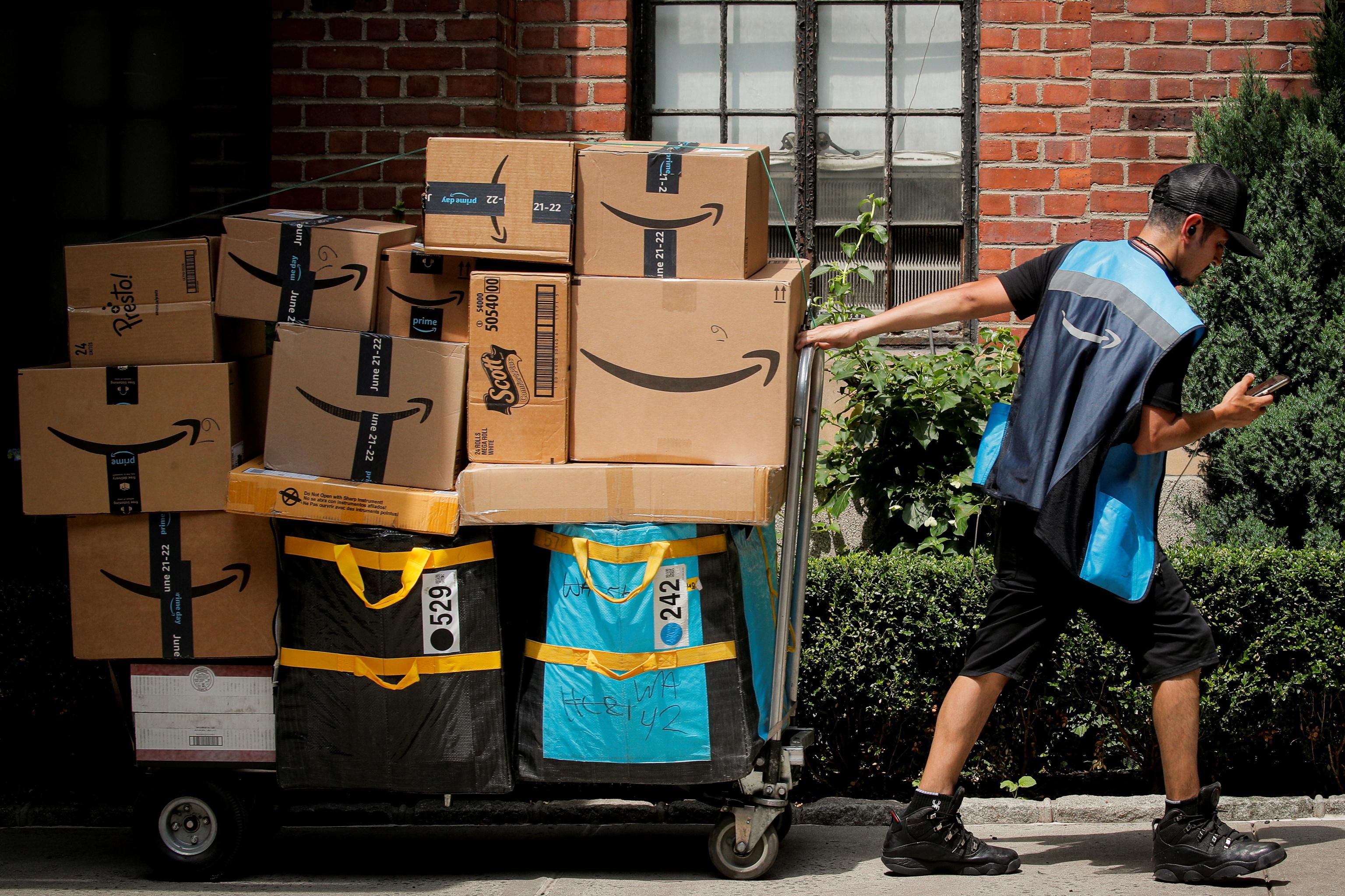 Del almacén a la basura: Amazon destruye todas las semanas miles de productos no vendidos