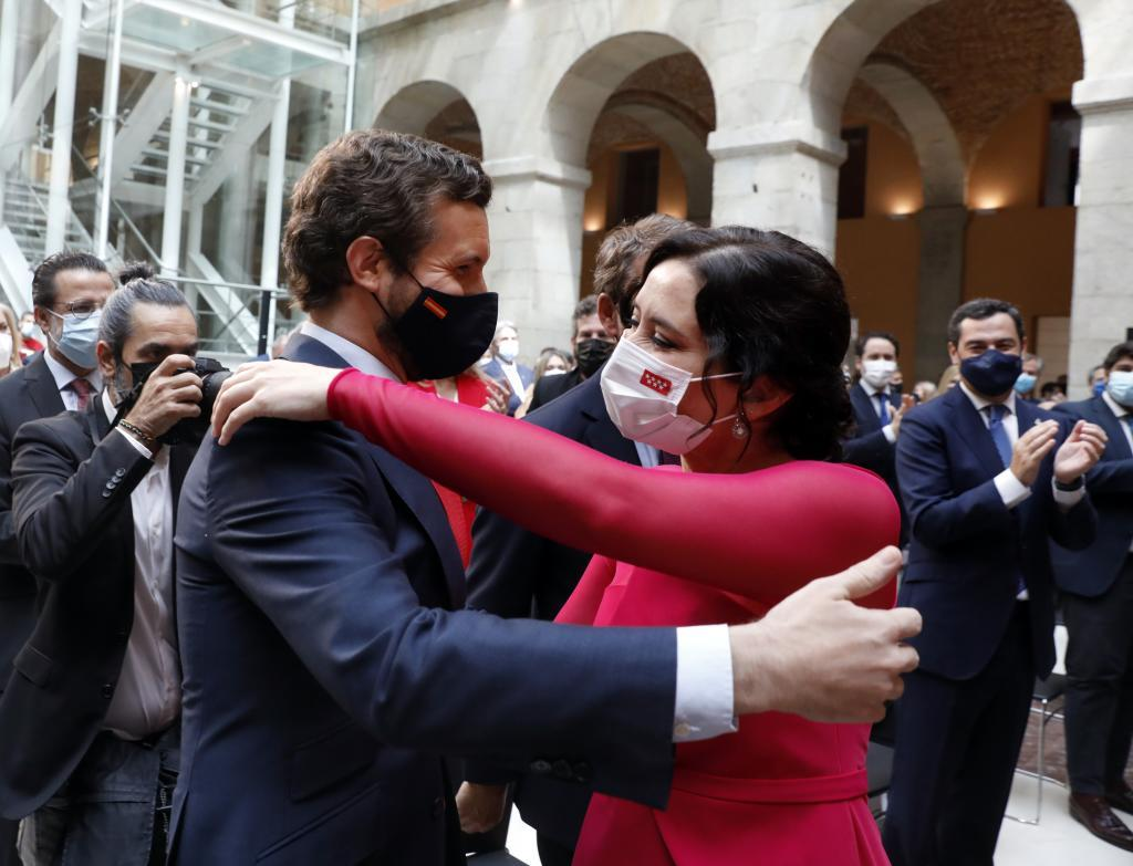 Pablo Casado e Isabel Díaz Ayuso se abrazan.