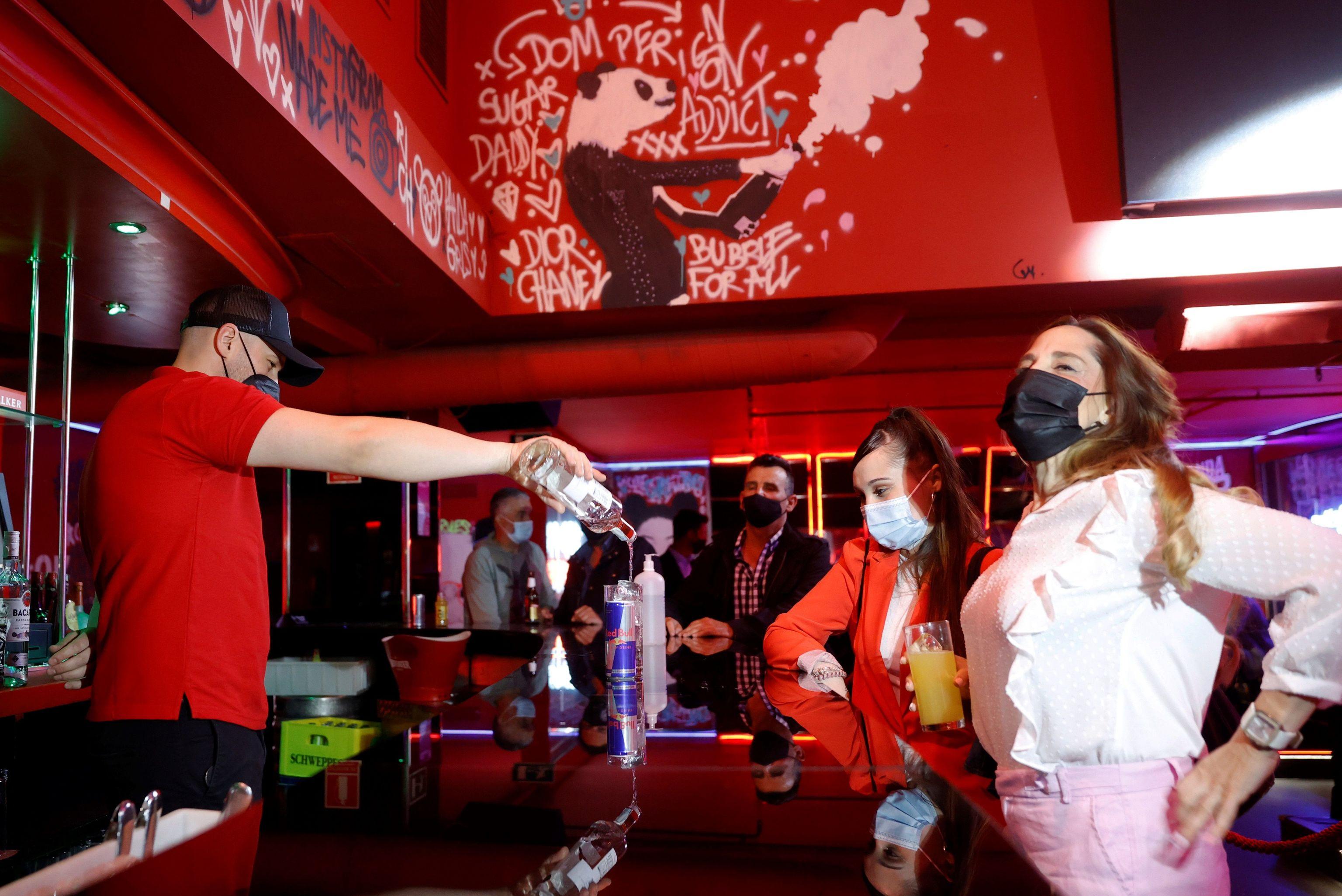 Un camarero sirve una bebida en el interior de una discoteca este lunes en Madrid
