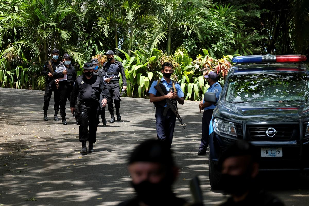 Policías nicaragüenses cercan la casa de Cristiana Chamorro.