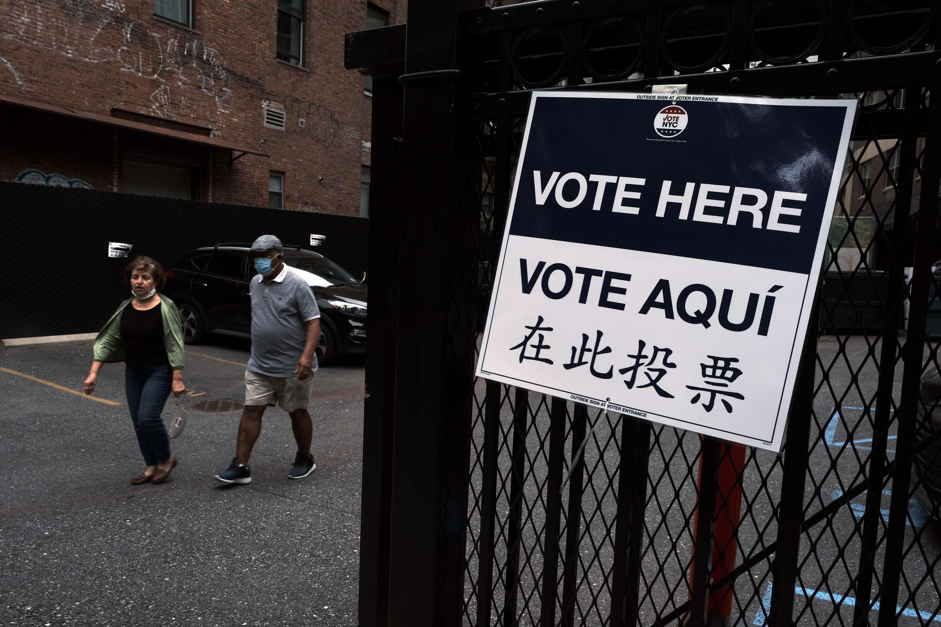 Cartel en Manhattan con indicaciones para ir a votar, este martes.