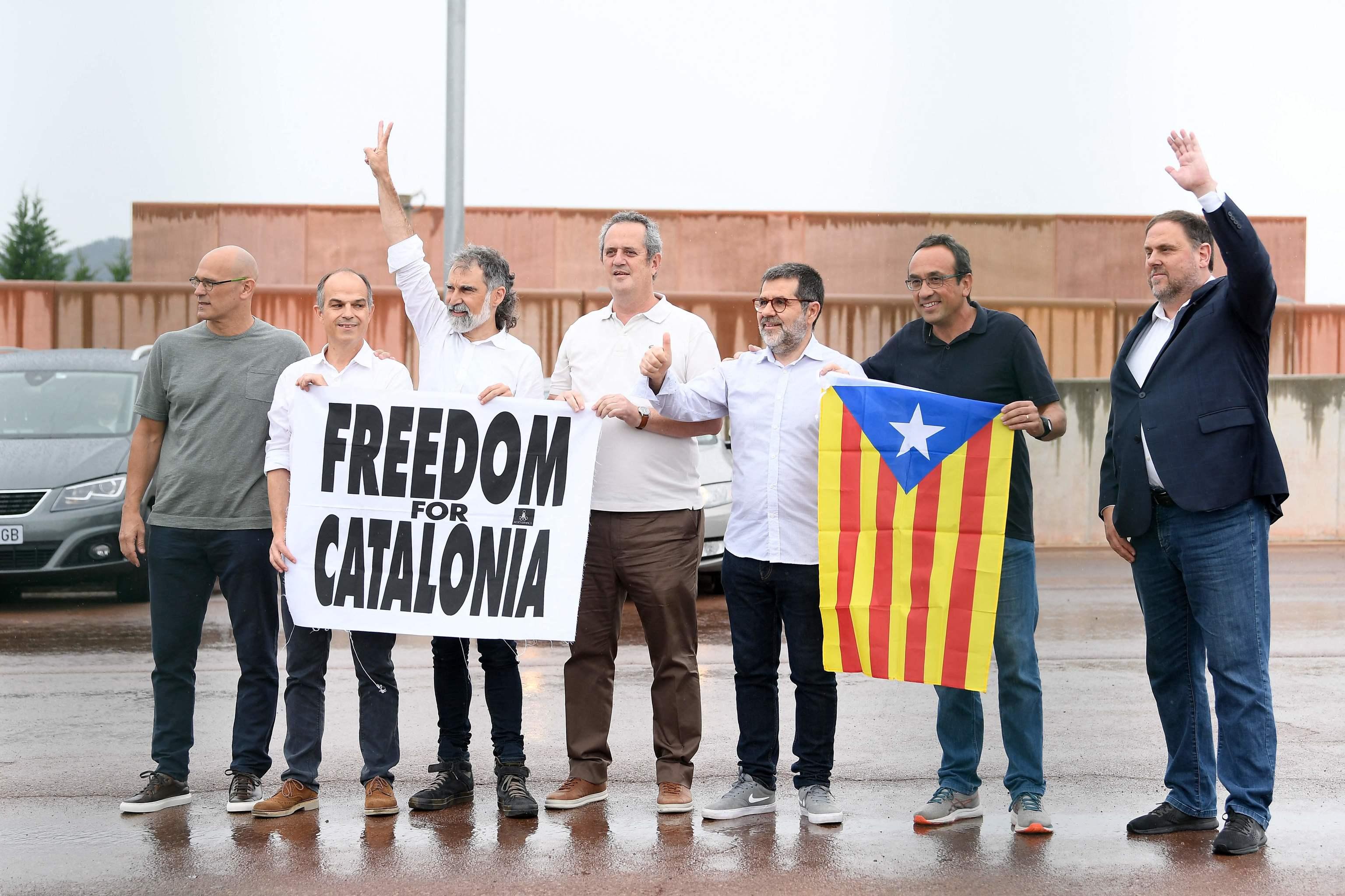 Los siete líderes independentistas de Cataluña presos en Lledoners salen de prisión tras los indultos.