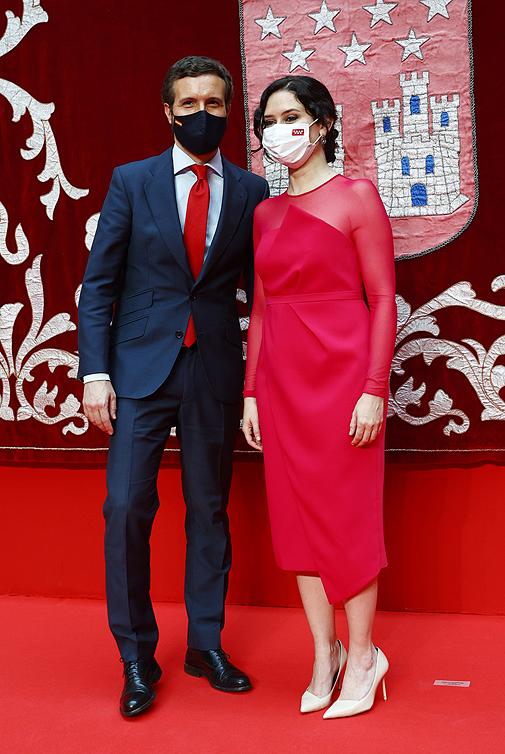 Con Pablo Casado en su toma de posesión, con el vestido modelo 'Jimena' de Victoria (295 euros, ahora rebajado a 207 euros).